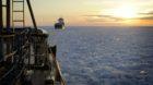 Der Eisbrecher Ymer mit einem unbeladenen Frachter im Kielwasser auf dem Weg Richtung Kalix im Norden der Bottnischen Bucht.