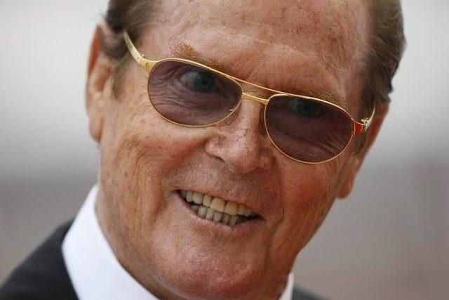 Roger Moore Schenkt Sich Zum 85 Ein Grosses James Bond Buch