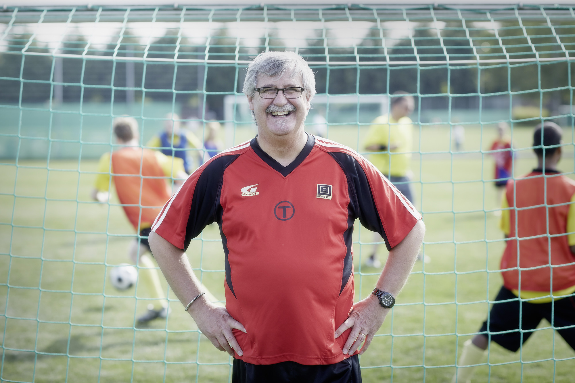 Dem Fussball für Behinderte in Basel einen Platz gesichert: Silvio Fumagalli vor dem Dream Team der Old Boys.