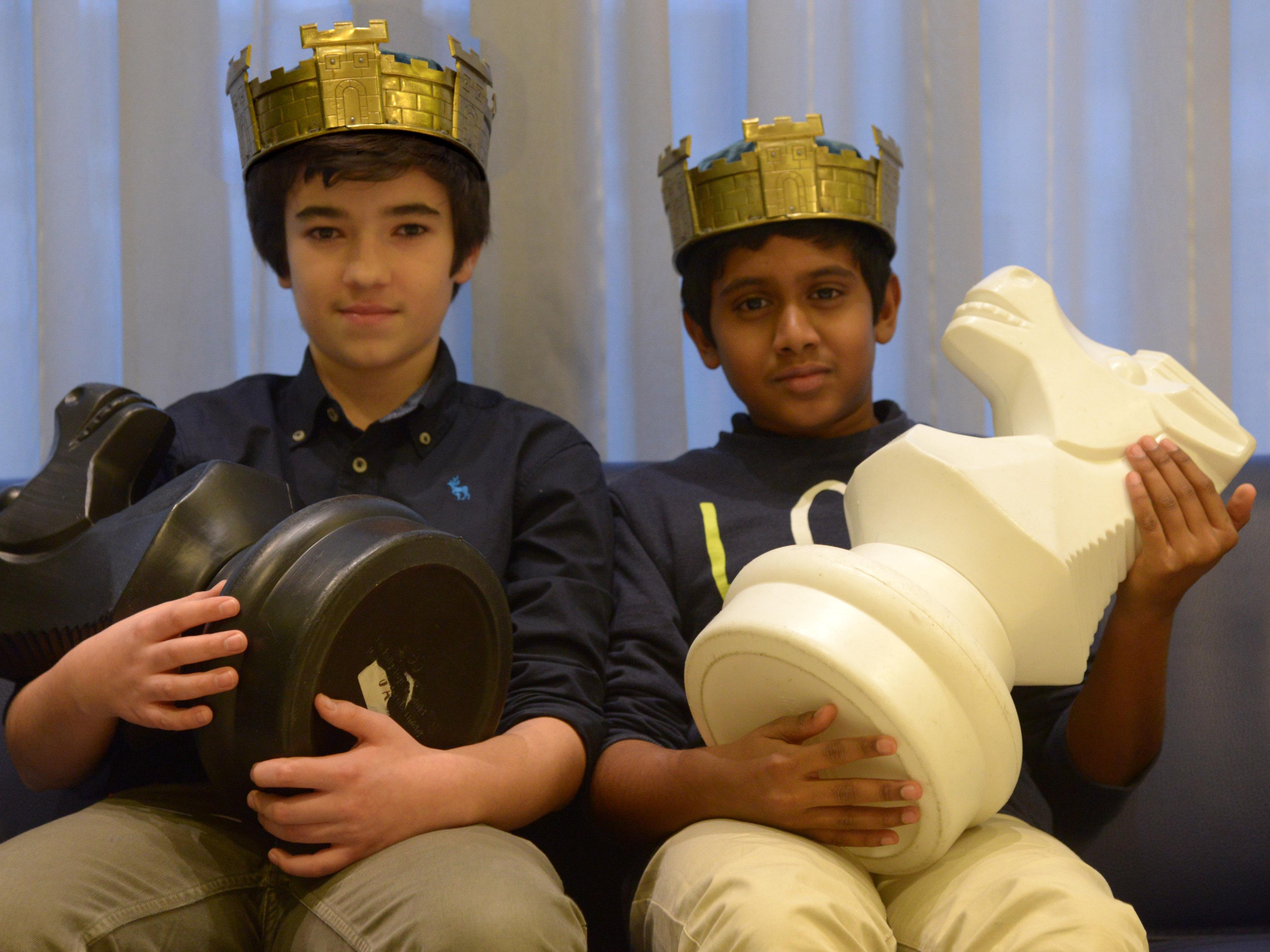 Jugendschachkönige aus Therwil: Max Lo Presti in der Kategorie U16 (links) und Sajithan Sankar in der Kategorie U12.