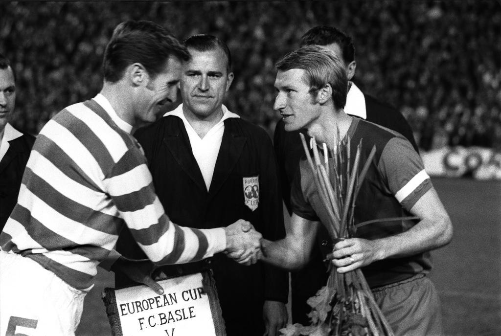 Der FC Basel im Europacup der Meister gegen Celtic Glasgow im St. Jakob Stadion in Basel am 17. September 1969. FCB Captain Karl Odermatt, rechts, und der Captain des schottischen Meisters McNeill bei der Begruessung vor dem Spiel. Der FC Basel spielt vor