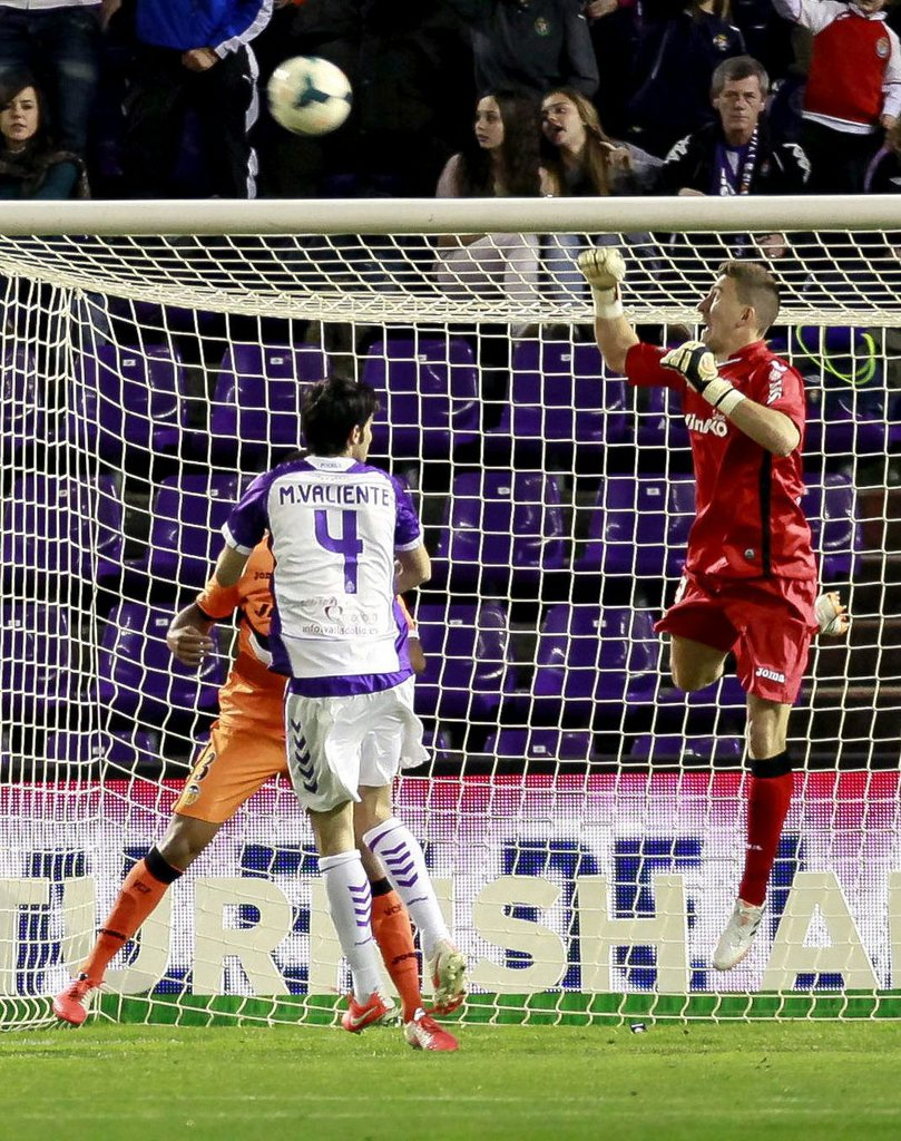 epa04157346 Valencia CF's goalkeeper Vicente Guaita (R) clears the ball during the Spanish Liga Primera Division soccer match between Valladolid and Valencia at Jose Zorrilla stadium in Valladolid, Spain, 06 April 2014.  EPA/R. Garcia
