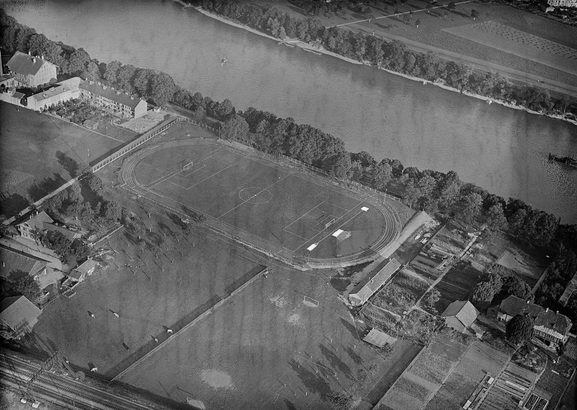 Eine Luftaufnahme des Sportplatzes Satusgrund aus dem Jahr 1933, aufgenommen während eines Flugs der Gesellschaft Balair.