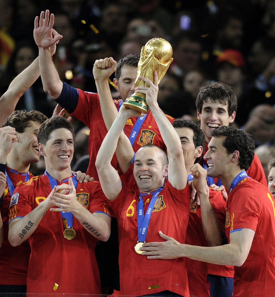 Die drei letzten grossen Turniere gingen an Tici-Taca-Spanien – hier Andres Iniesta mit dem Weltpokal nach dem Final am 11. Juli 2010 in Johannesburg.