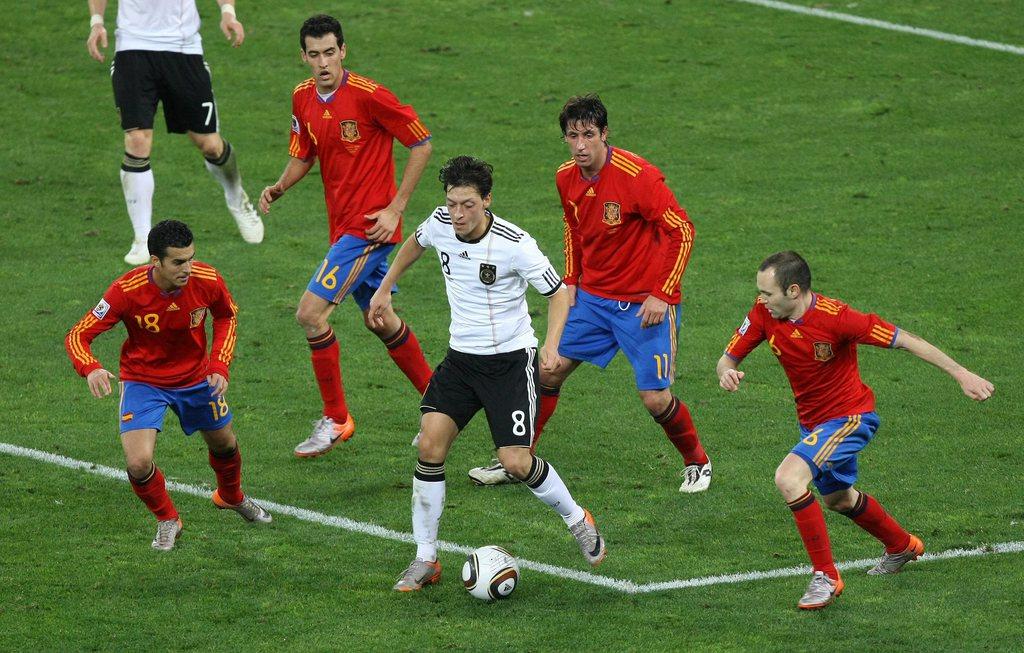 Auch das ist ein Geheimnis des spanischen Fussballs: der Versuch der direkten Rückeroberung des Balls. Hier Pedro, Sergio Busquets, Joan Capdevilla und Andres Iniesta  gegen Mesut Özil im WM-Halbfinal 2010.
