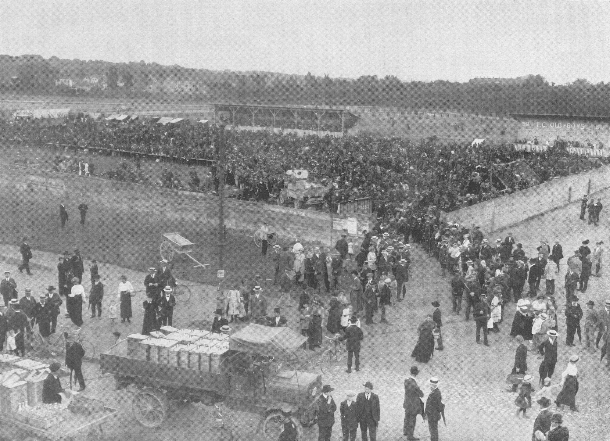 Viele der gegen Süden reisenden Italienern mussten mehrere Tage auf ihren Weitertransport warten, die Regierung richtete auf provisorische Unterkünfte und Suppenküchen ein. Hier auf der Margarethenwiese.