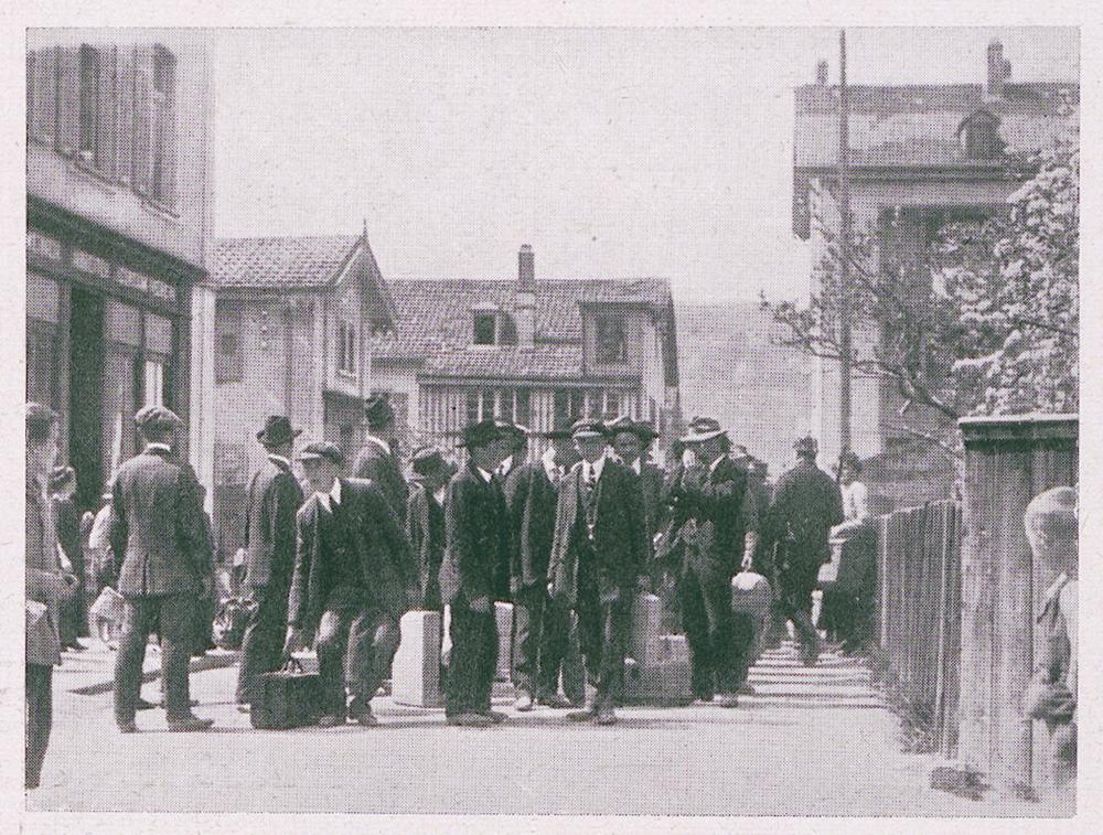 Deutsche Stellungspflichtige warten an der Grenze nach Lörrach auf ihren Einzug in den Krieg.