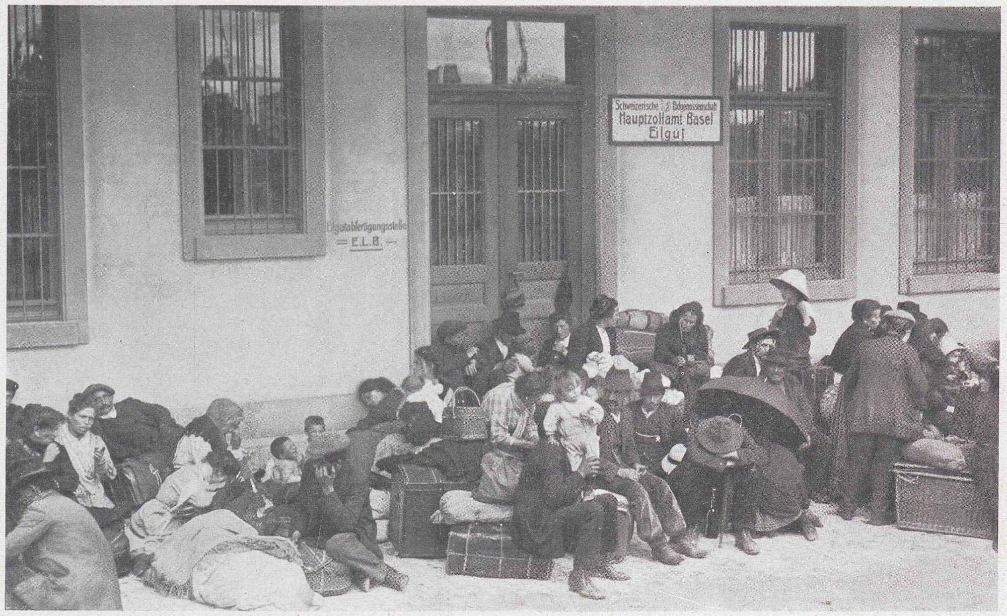 Italienische Flüchtlinge warten am Hauptzollamt auf ihre Weiterreise.