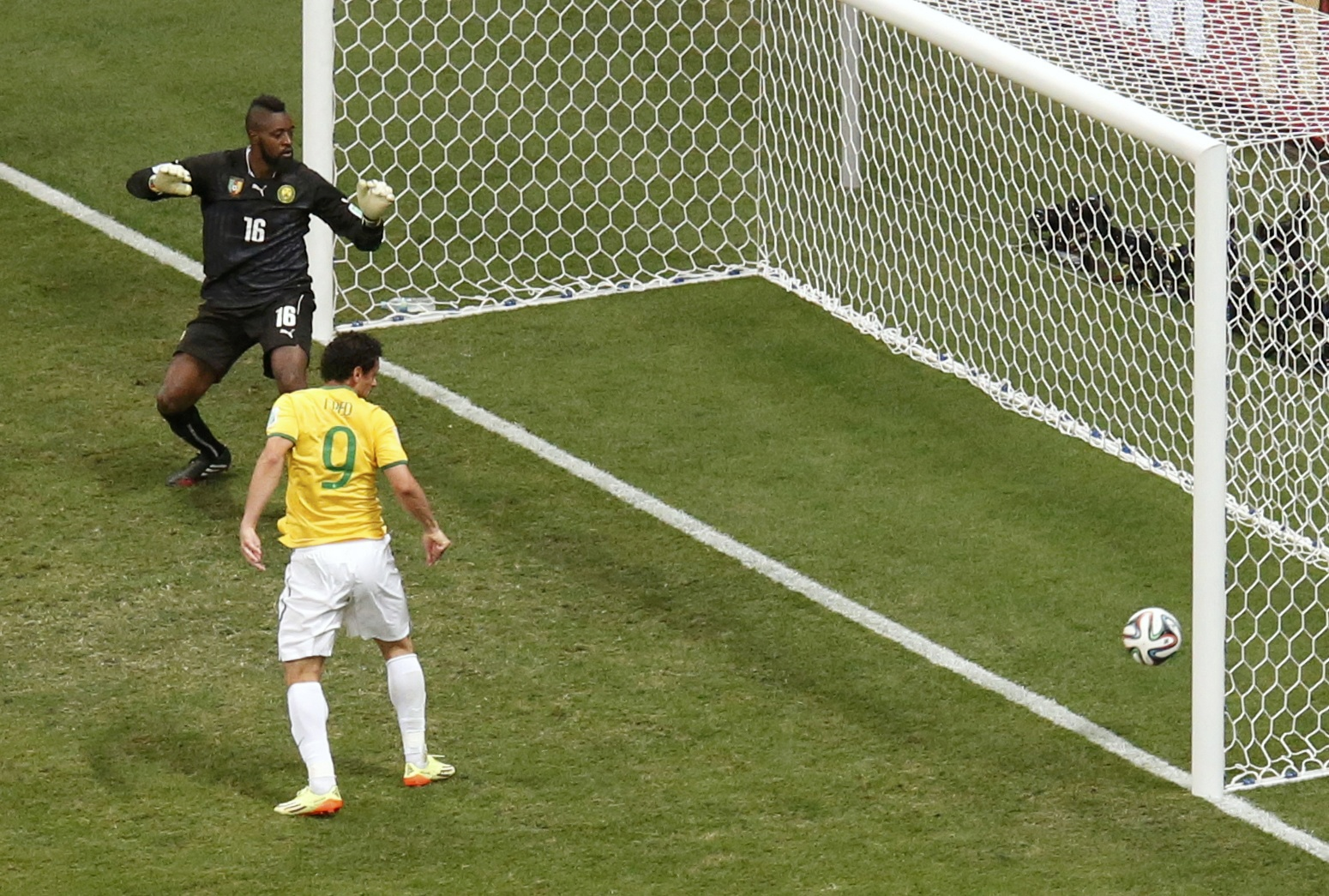 Brazil's Fred scores past Cameroon's goalkeeper Charles Itandje during their 2014 World Cup Group A soccer match at the Brasilia national stadium in Brasilia June 23, 2014.    REUTERS/David Gray (BRAZIL  - Tags: SOCCER SPORT WORLD CUP)