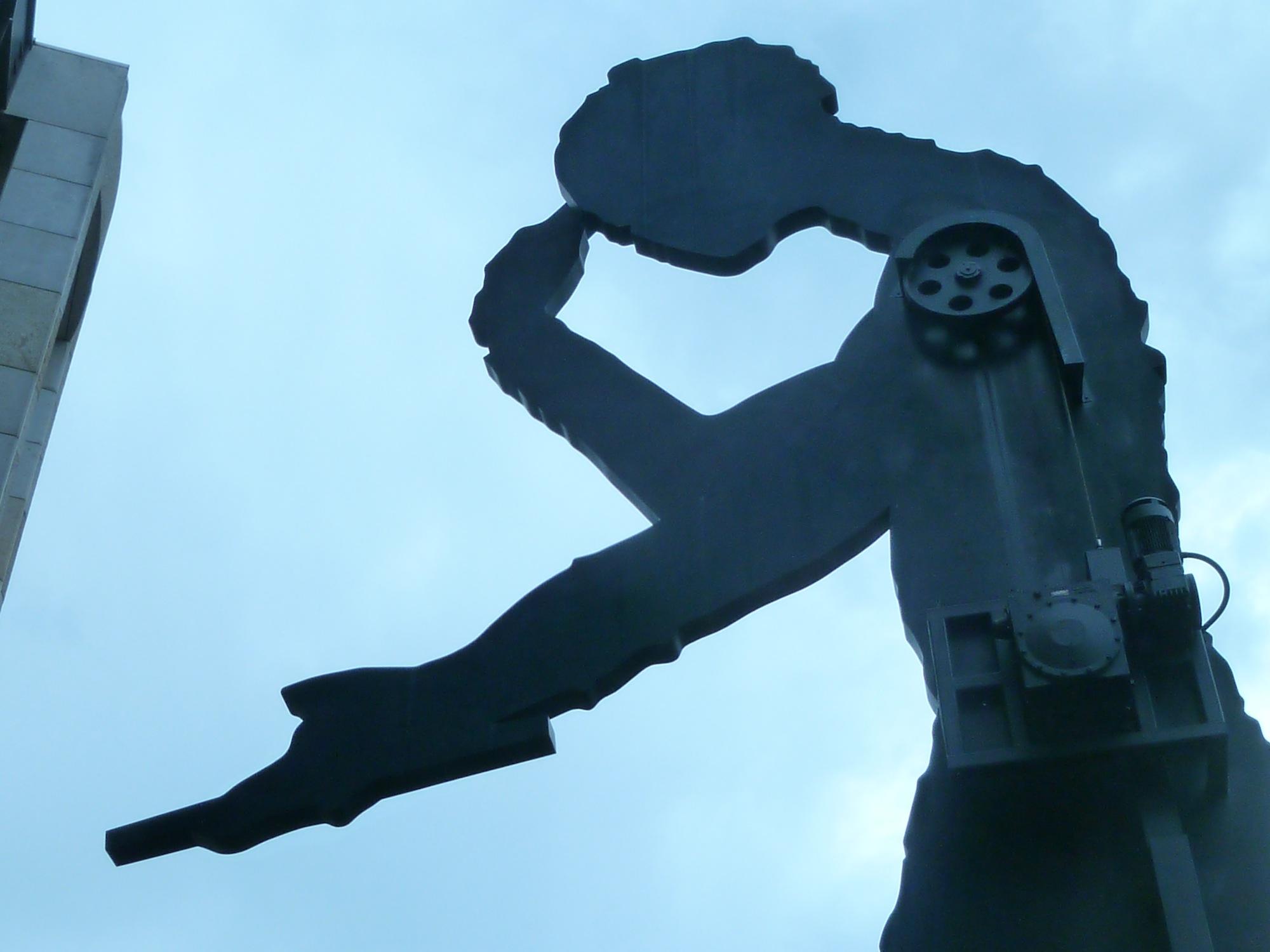 Sanfte Bewegung dank Gegengewicht und kleinem Motor: Der Arm des Hammering Man geht seit 25 Jahren stetig auf und ab.