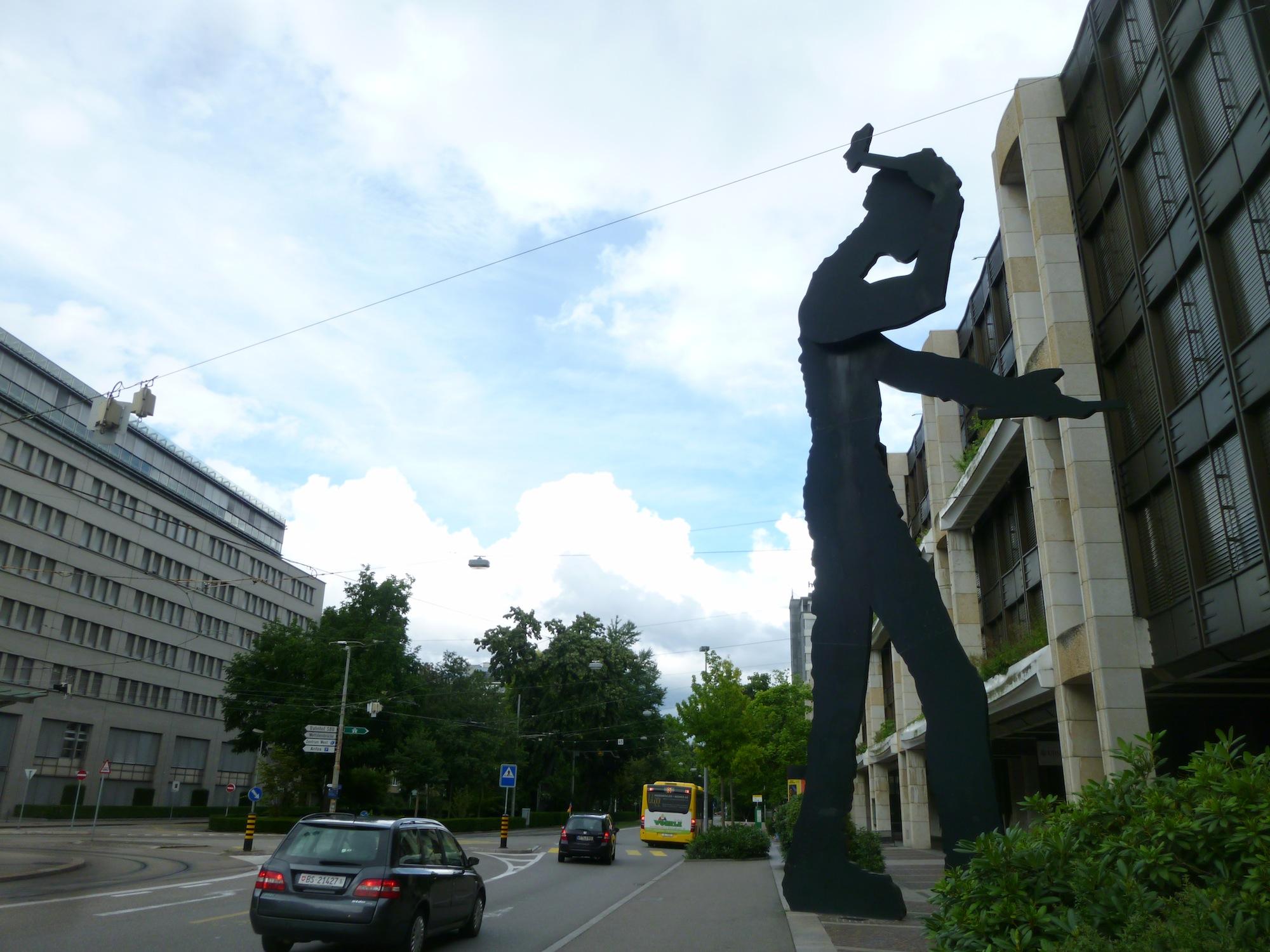 Seit 1989 Teil des Aeschenplatzes: Der Hammering Man.
