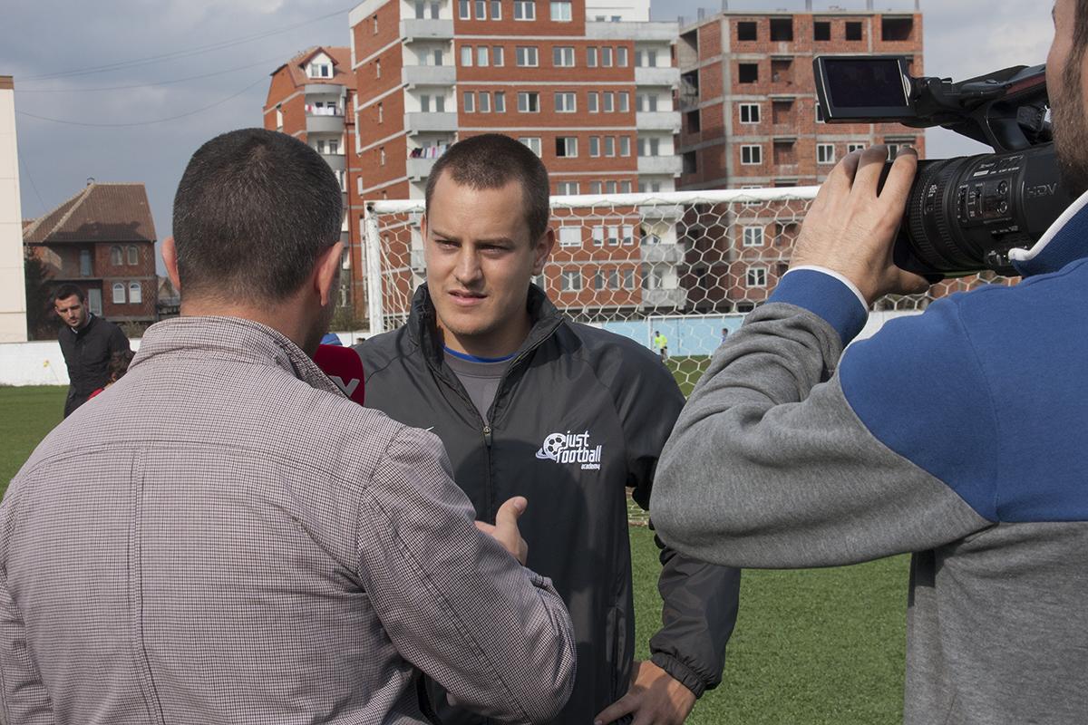 Das kosovarische TV machte aus den Pratteler Trainern kurzerhand Scouts des FC Basel. Die Folge: 140 Kinder wollten ins Training.