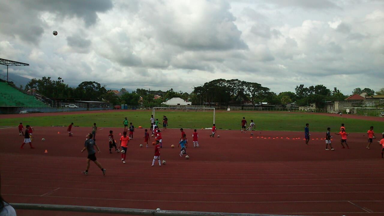 Auf den Philippinen geht es weniger um die fussballerische Ausbildung. Und dafür mehr um eine kleine Geste, die den Kindern Freude bereitet.