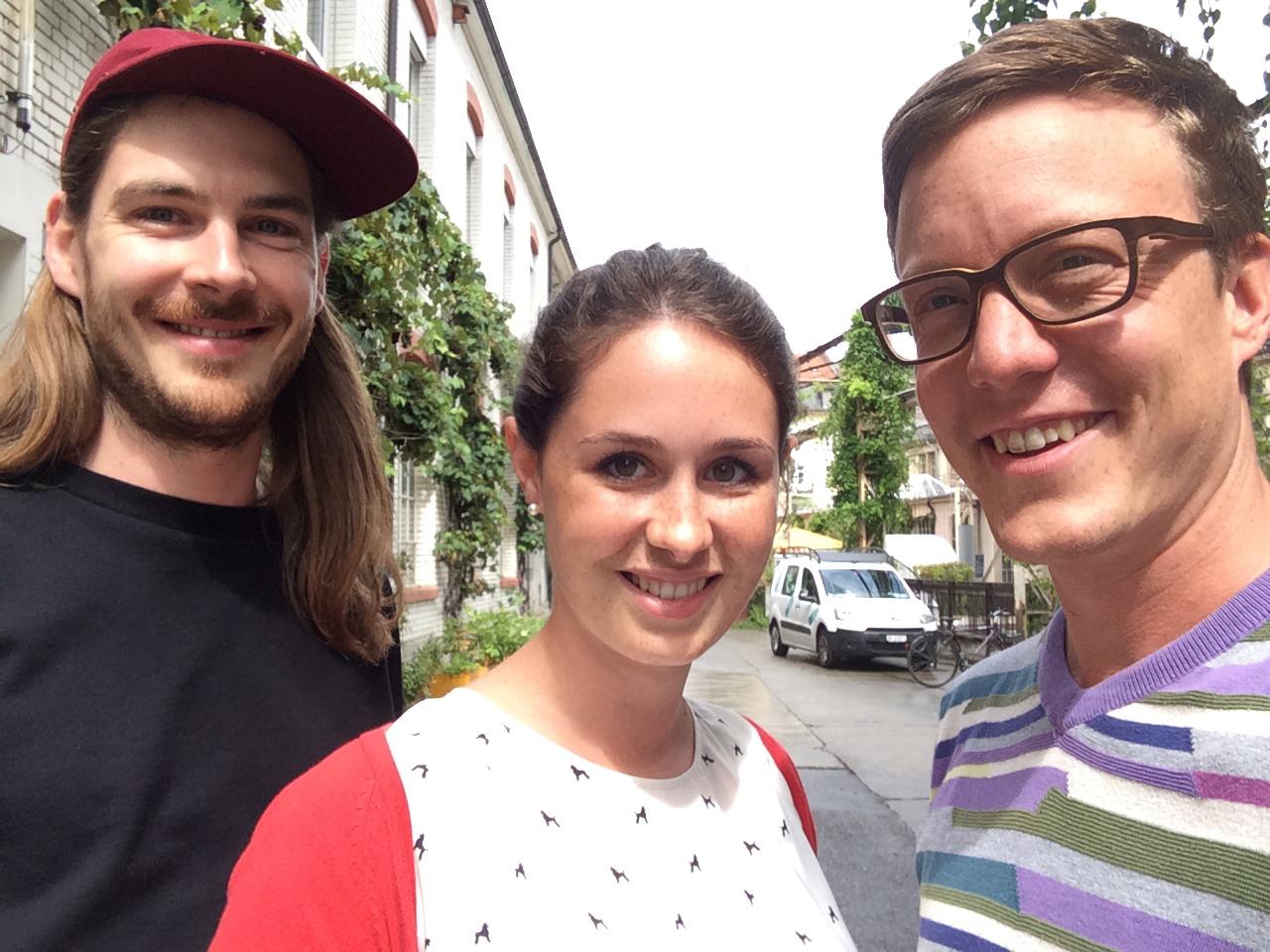Matthias Oppliger und die beiden Medienpädagogen Nina Halpern und Attila Gaspar.