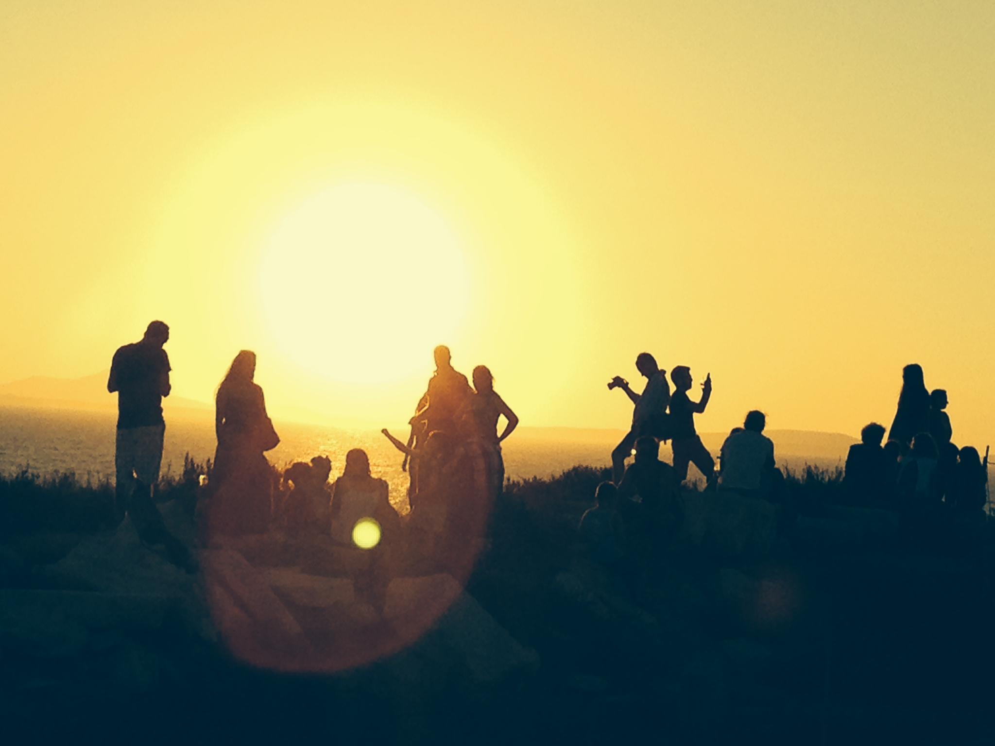 Auf Naxos sonnte sich Martina Bonenberger. Die Menschen auf dem Bild tanzen nicht, sondern fotografieren sich selbst und die Umgebung.