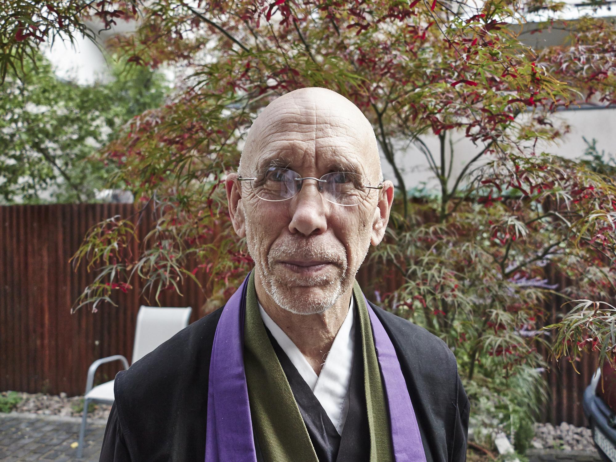 Der buddhistische Priester Claude AnShin Thomas noch im Priestergewand.