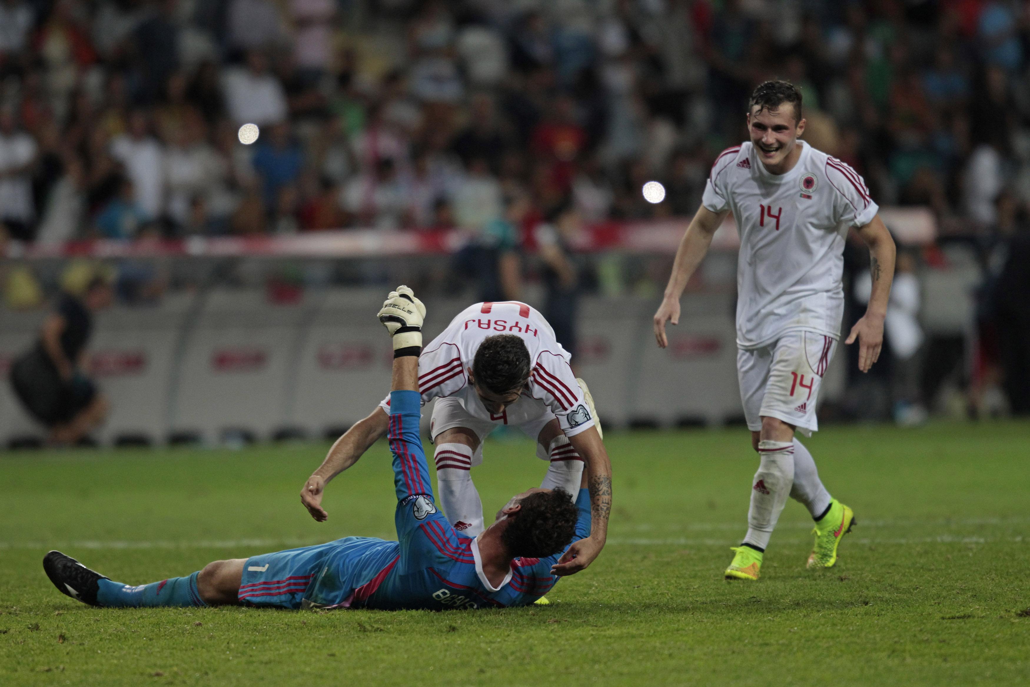 Taulant Xhaka (r.) feiert mit Goalie Etrit Berisha und Elseid Hysaj den 1:0-Sieg Albaniens bei seinem Nationalmannschaftsdebüt.
