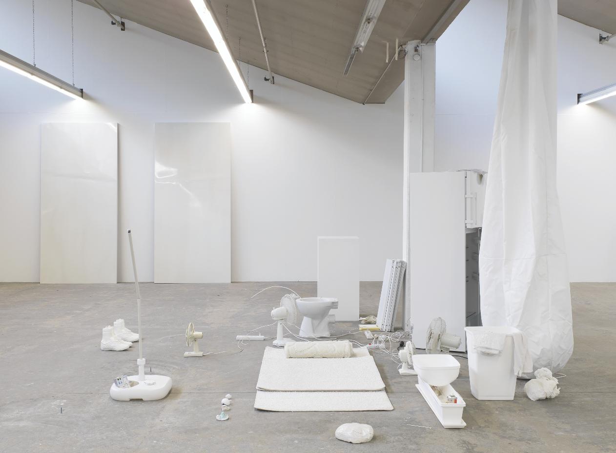 Erik Steinbrechers «Behausung» – eine komplett in Weiss gehaltene Projektionsfläche.