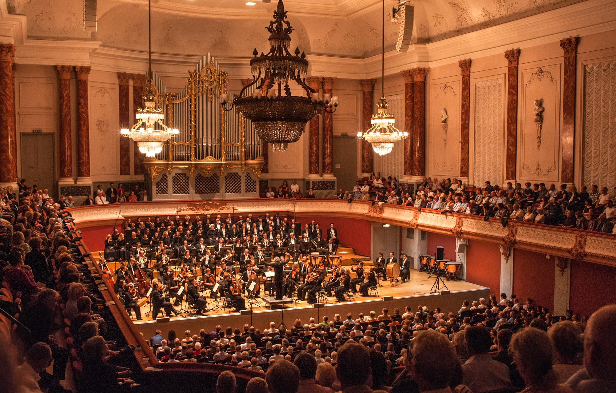 Hochstehender Musikgenuss - und steifes Ambiente - im heissen Stadtcasino: für Festival-Besucher war das Kammerorchester Basel leider nur mit Extra-Ticket zu erleben.