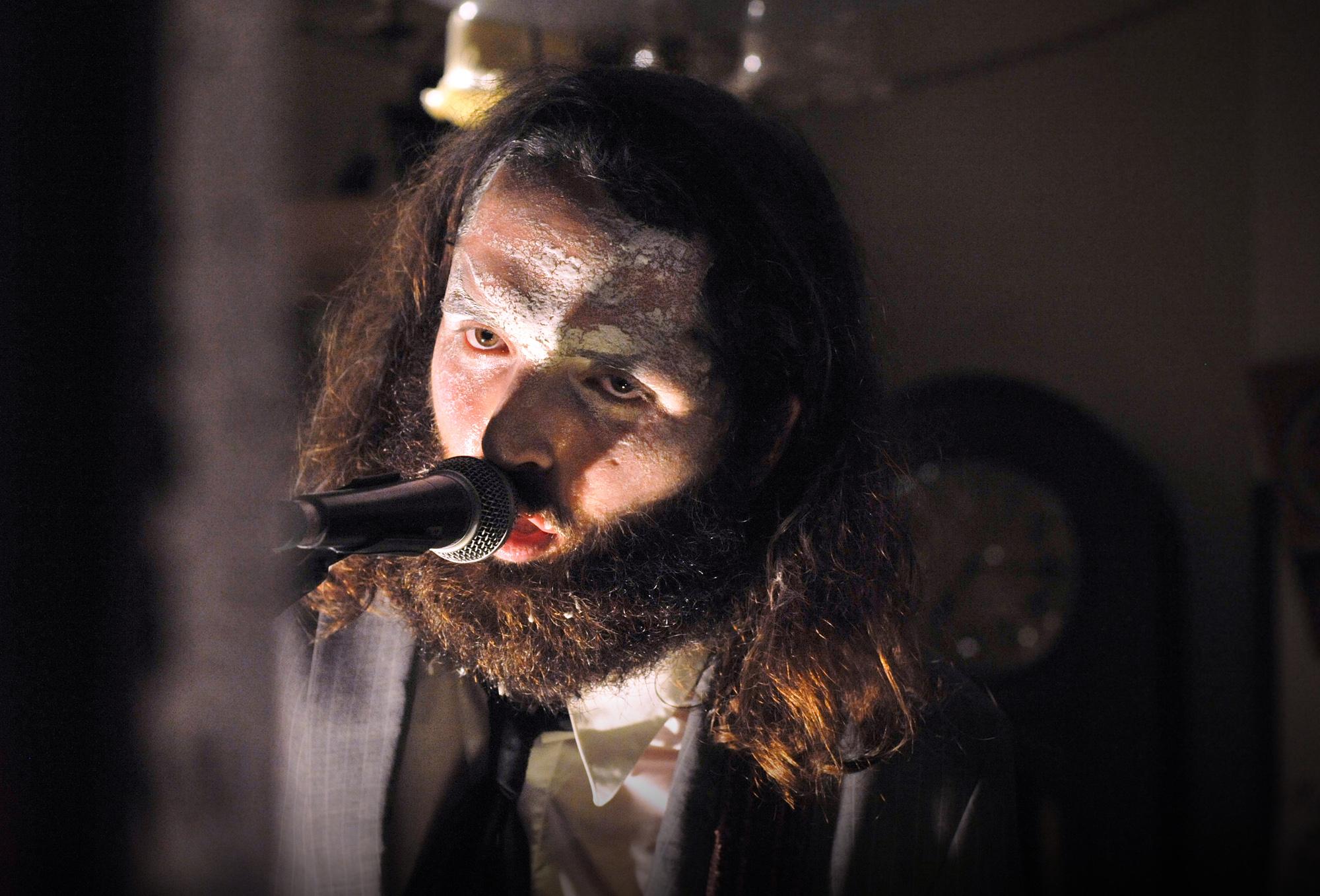 Der Frontsänger von «The Bianca Story» mit Grusel-Make-up in der eigenen Pop-Adaption von E.T.A. Hofmanns «Elixiere des Teufels».