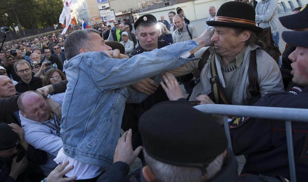 Während des Friedensmarsches kam es zu gewaltätigen Zusammenstössen mit Teilnehmern einer Gegendemonstration.