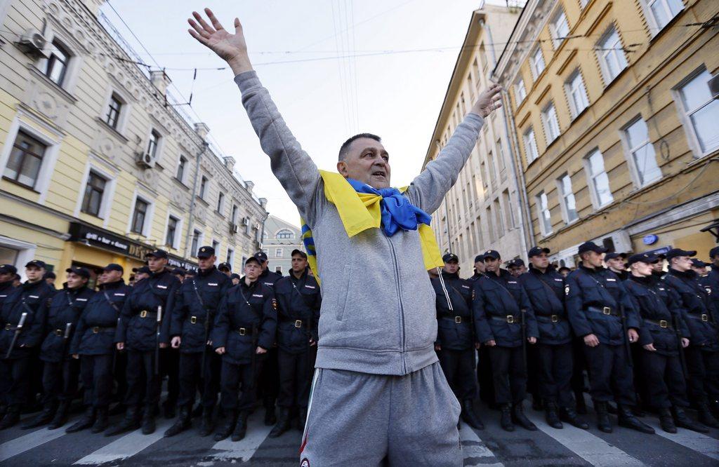 Ein grosses Polizeiaufgebot begleitete die Demonstranten, die für ein Ende der russischen Intervention in der Ukraine auf die Strasse gingen.