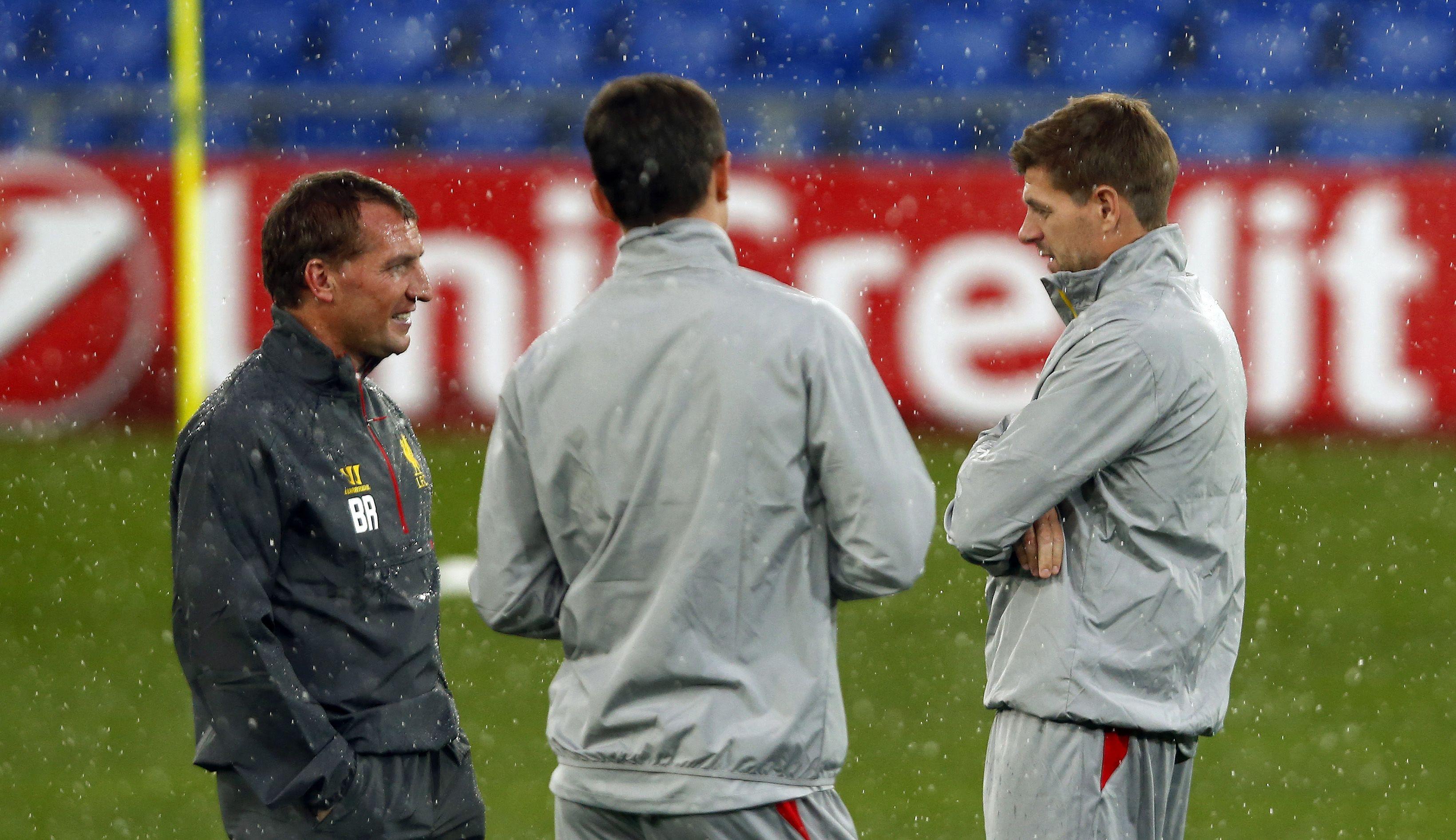 Liverpools Trainer Brendan Rodgers lässt sich von Steven Gerrard (rechts) noch mal erklären, wie das vor zwölf Jahren beim 3:3 im Joggeli war.