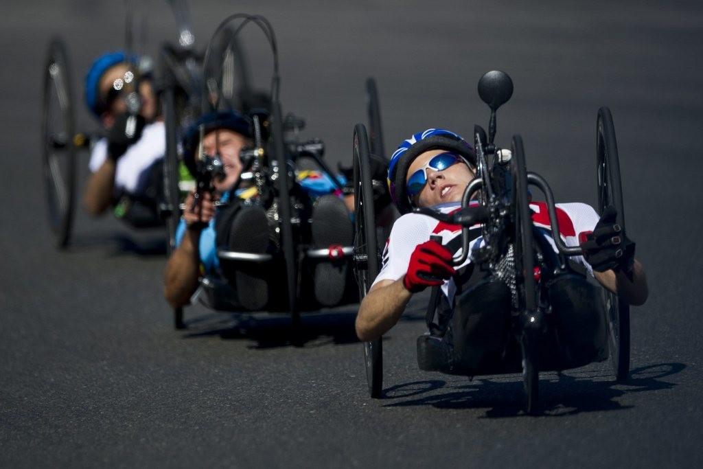 Der Schweizer Tobias Fankhauser, rechts, faehrt am Individuellen Maenner H1 Strassenrennen an den Paralympics London 2012 in
