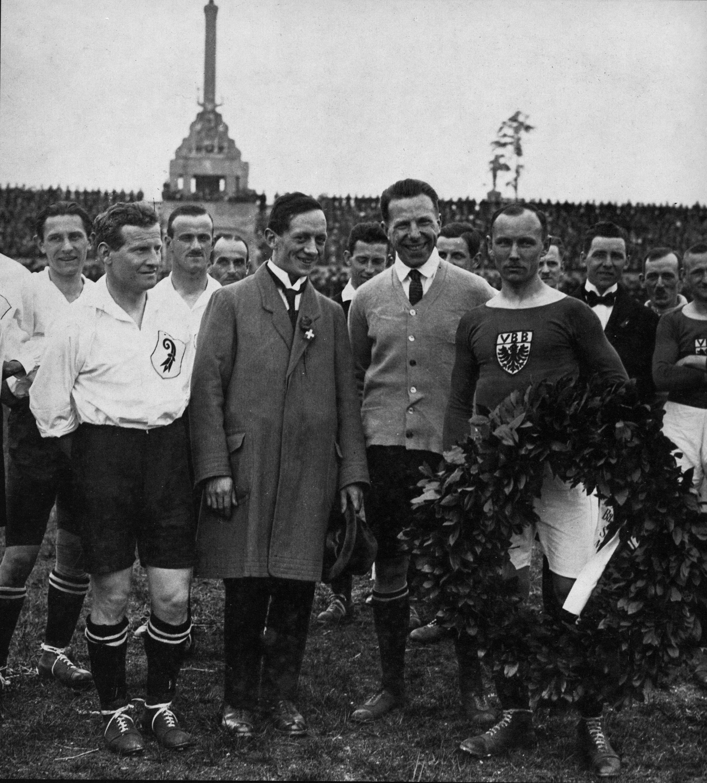 Vor dem Anpfiff: Der Basler Captain Ernst Kaltenbacher (l.), einer der Basler Fussballpioniere, rechts der Berliner Spielführer Karl Tewes.