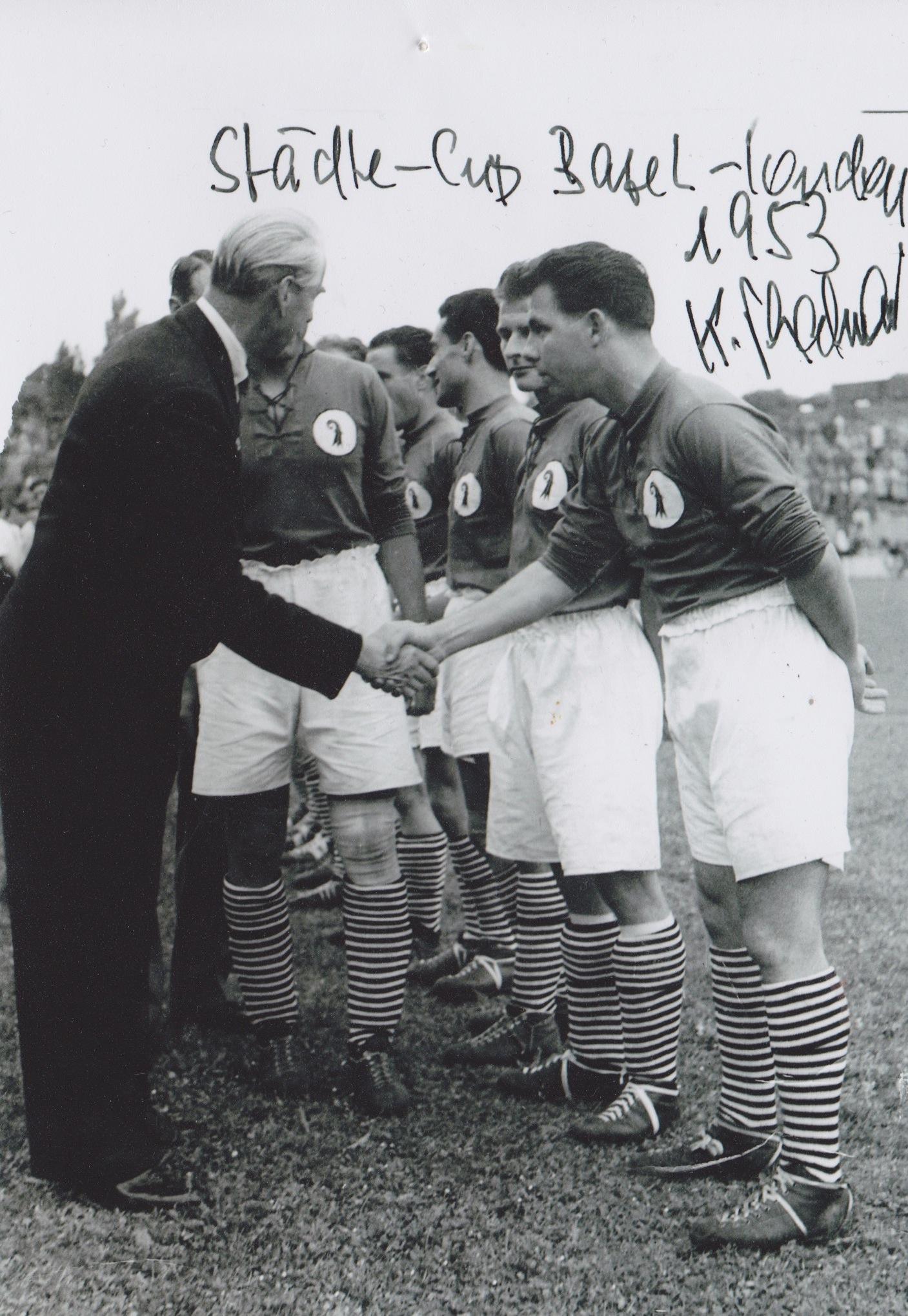 Eine Erinnerungskarte von Kurt Thalmann an ein Spiel der Basler Städteauswahl 1953 gegen London. Auf dem Bild schüttelt Thalmann die Hand eines englischen Adligen.