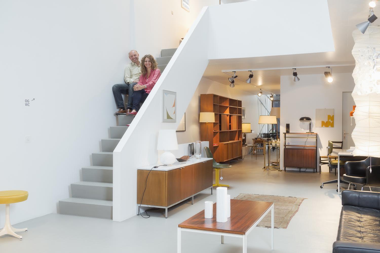 Reha und Nadine Okay verkaufen und restaurieren in Basel Vintage-Möbel