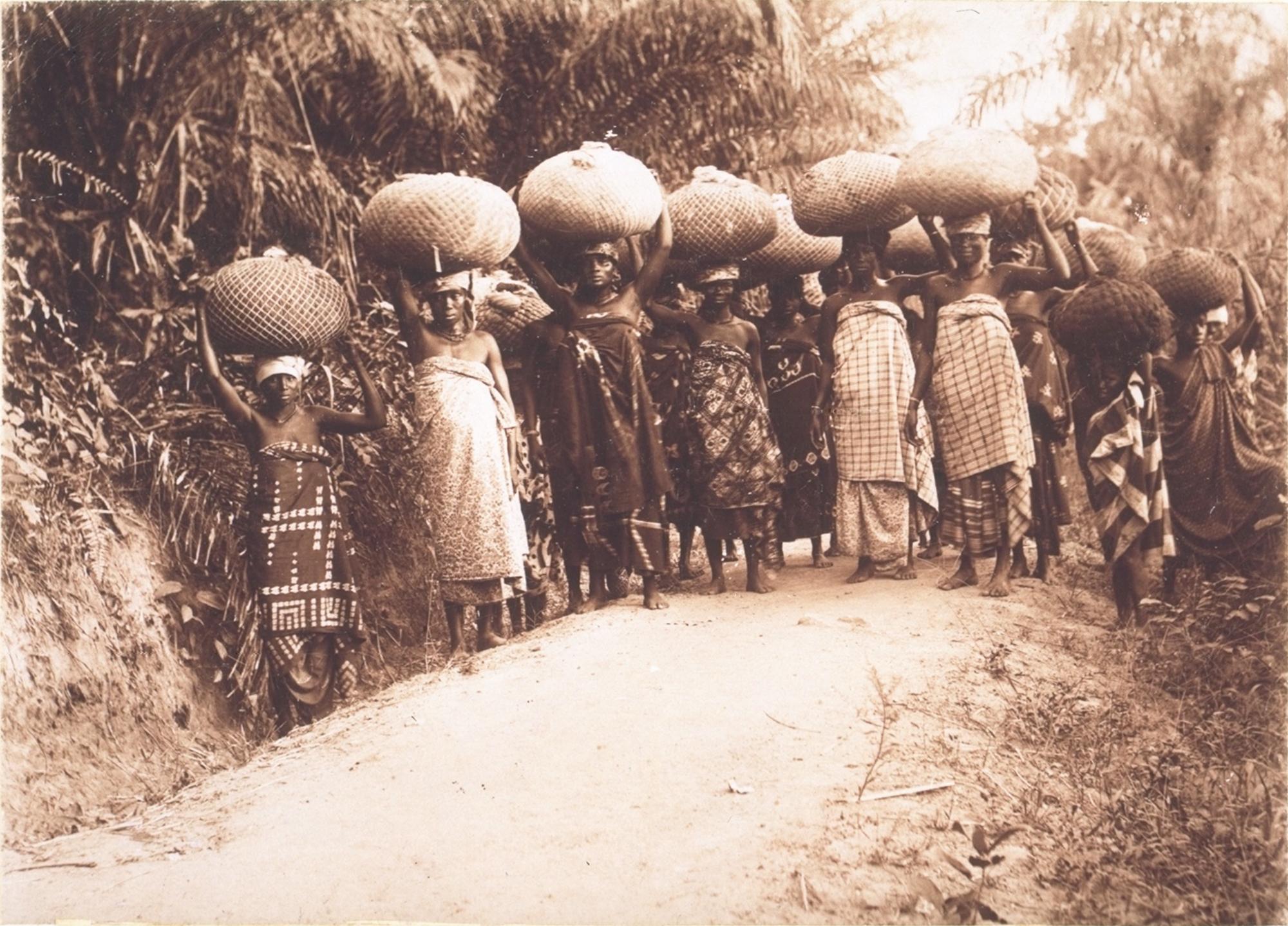 Frauen schleppen Kakaoballen zum Verlad an die Küste. Das Bild entstand zwischen 1900 und 1911.