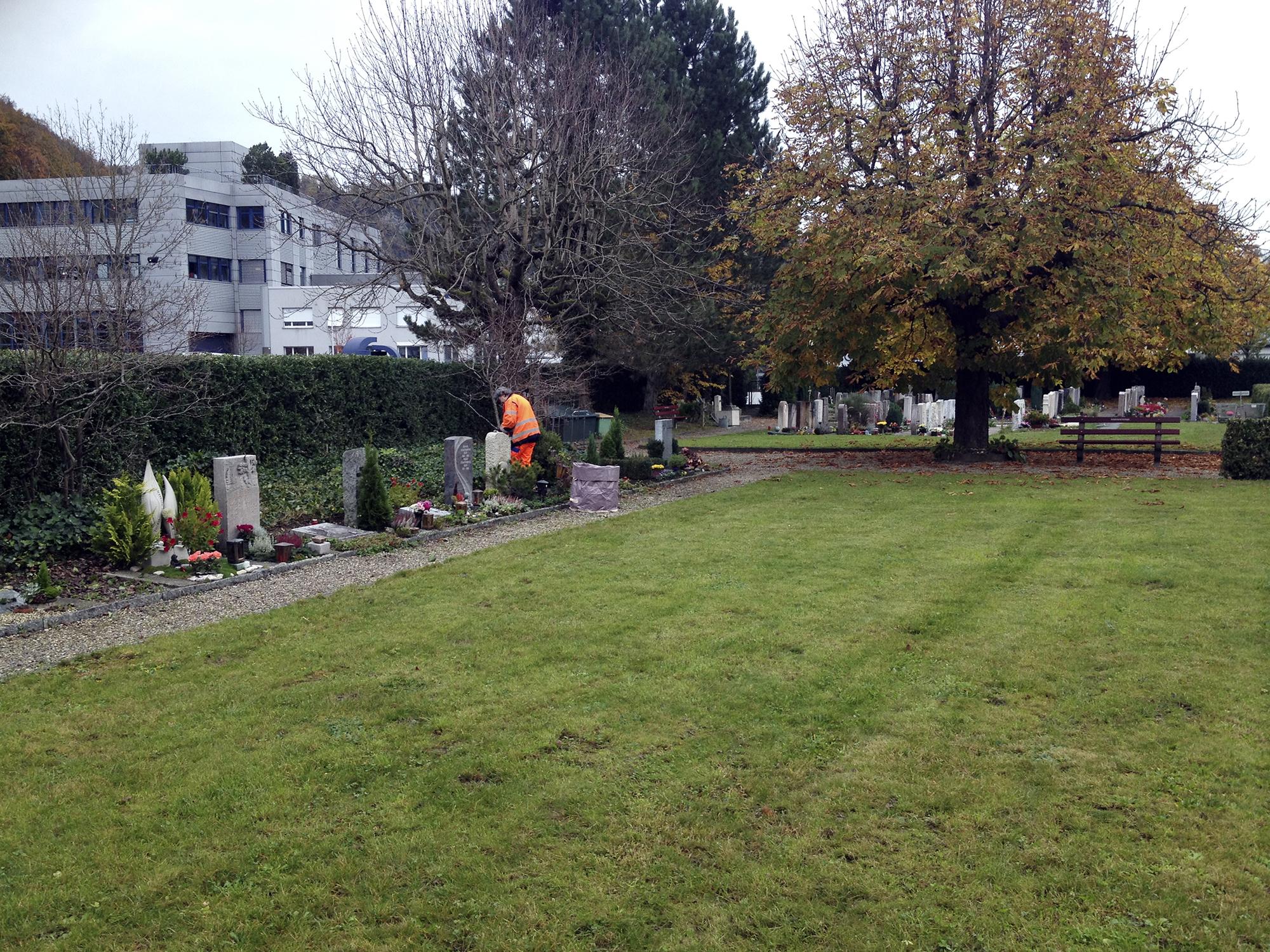 Auf dem Friedhof fallen immer arbeiten an. Die Gräber sollen sauber sein.