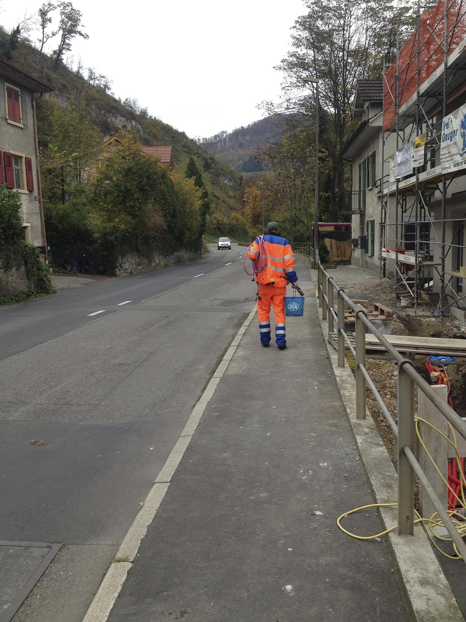 Jeden Arbeitstag laufen die Arbeitenden durch das Dorf Grellingen.