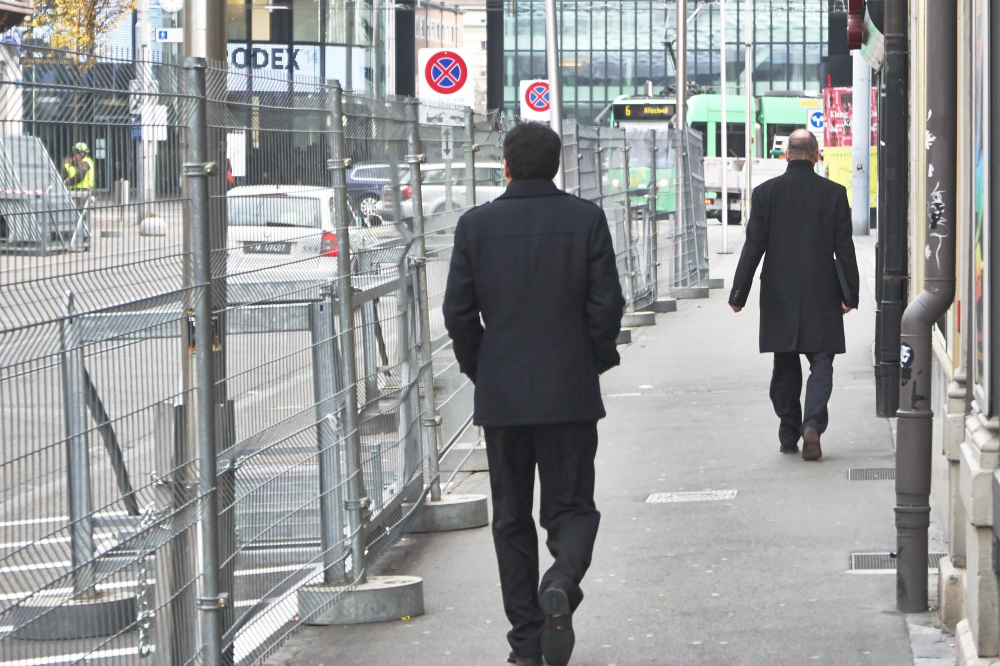 Flanieren neben dem Zaun: Seit Donnerstag, 20. November, wird die Clarastrasse für die OSZE sicher gemacht.