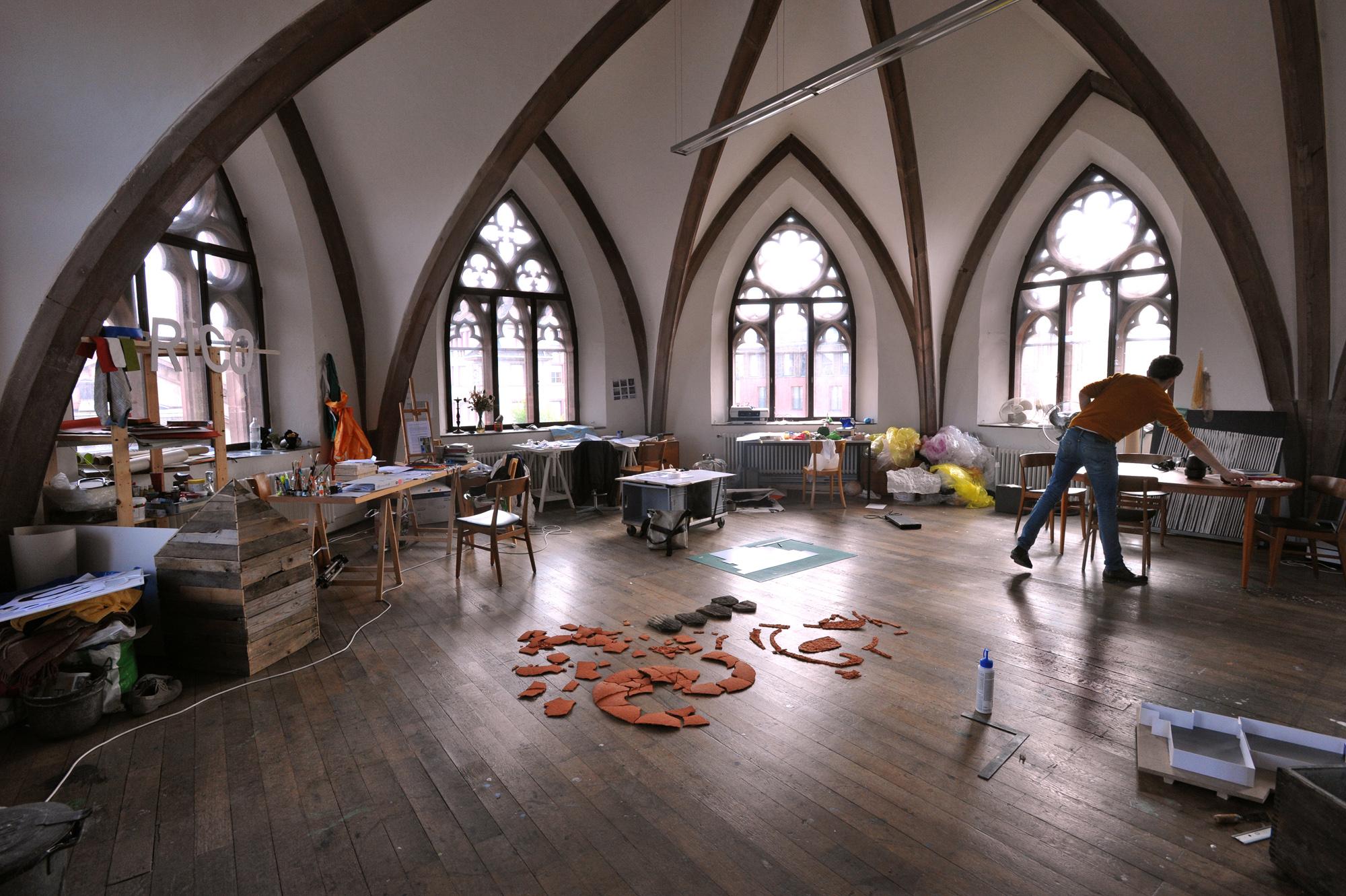 Im obersten Geschoss der Kirche teilen sichFranziska Baumgartner, Martin Chramosta und Jan Hostettler (im Bild) einen grossen Atelierraum.