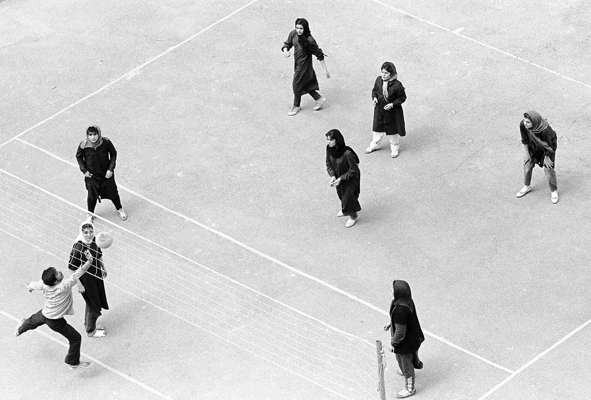 Teheran 1982: Junge Frauen im Schleier spielen gegen junge Männer Volleyball.