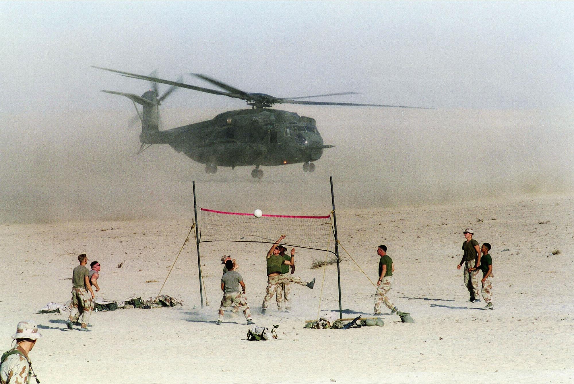 US Marines spielem am 9. November 1990 in der saudi-arabischen Wüste Volleyball.