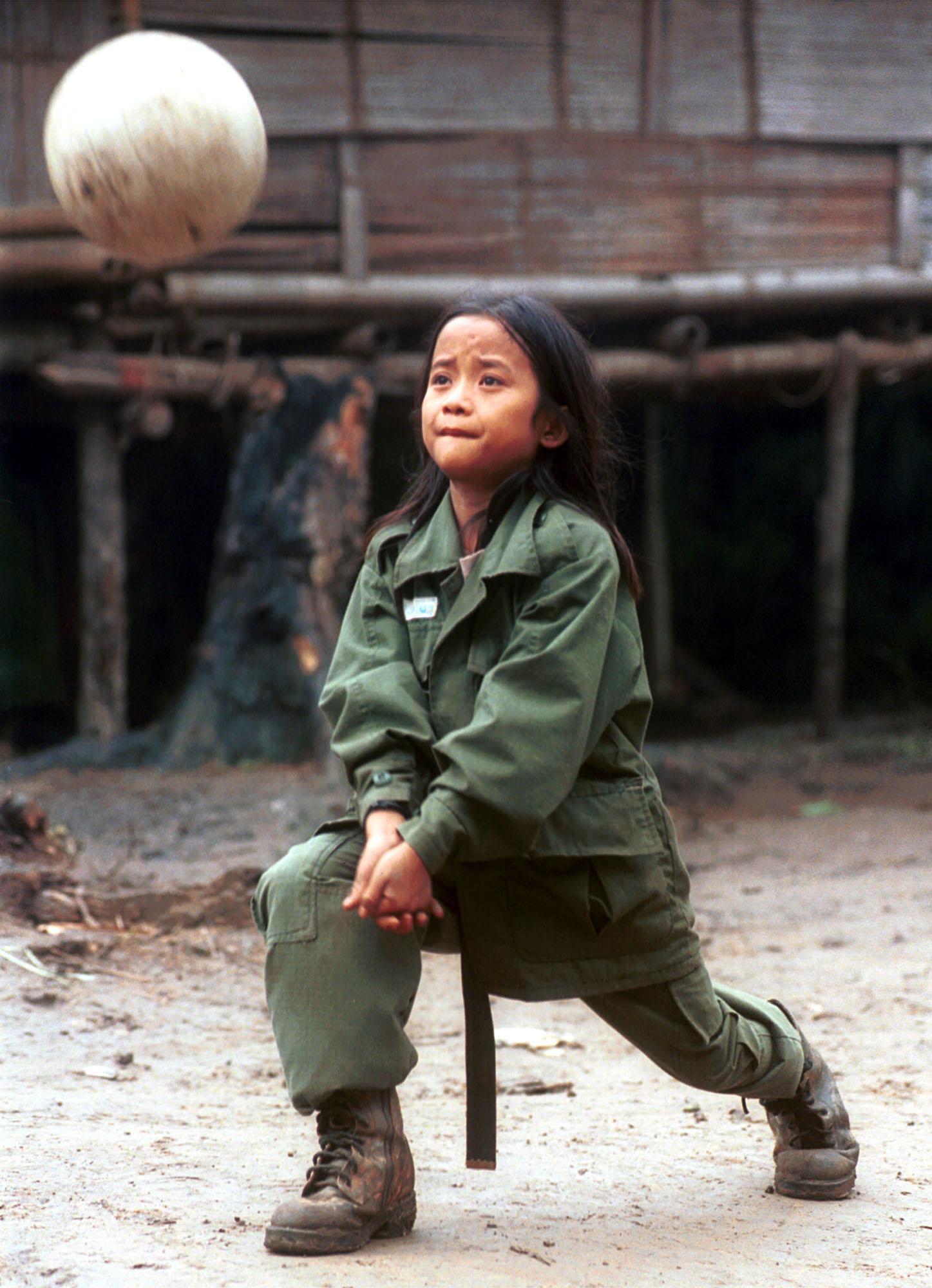 Johnny Htoo, 12-jähriger Guerilla beim Volleballspielen im Jahr 1999.