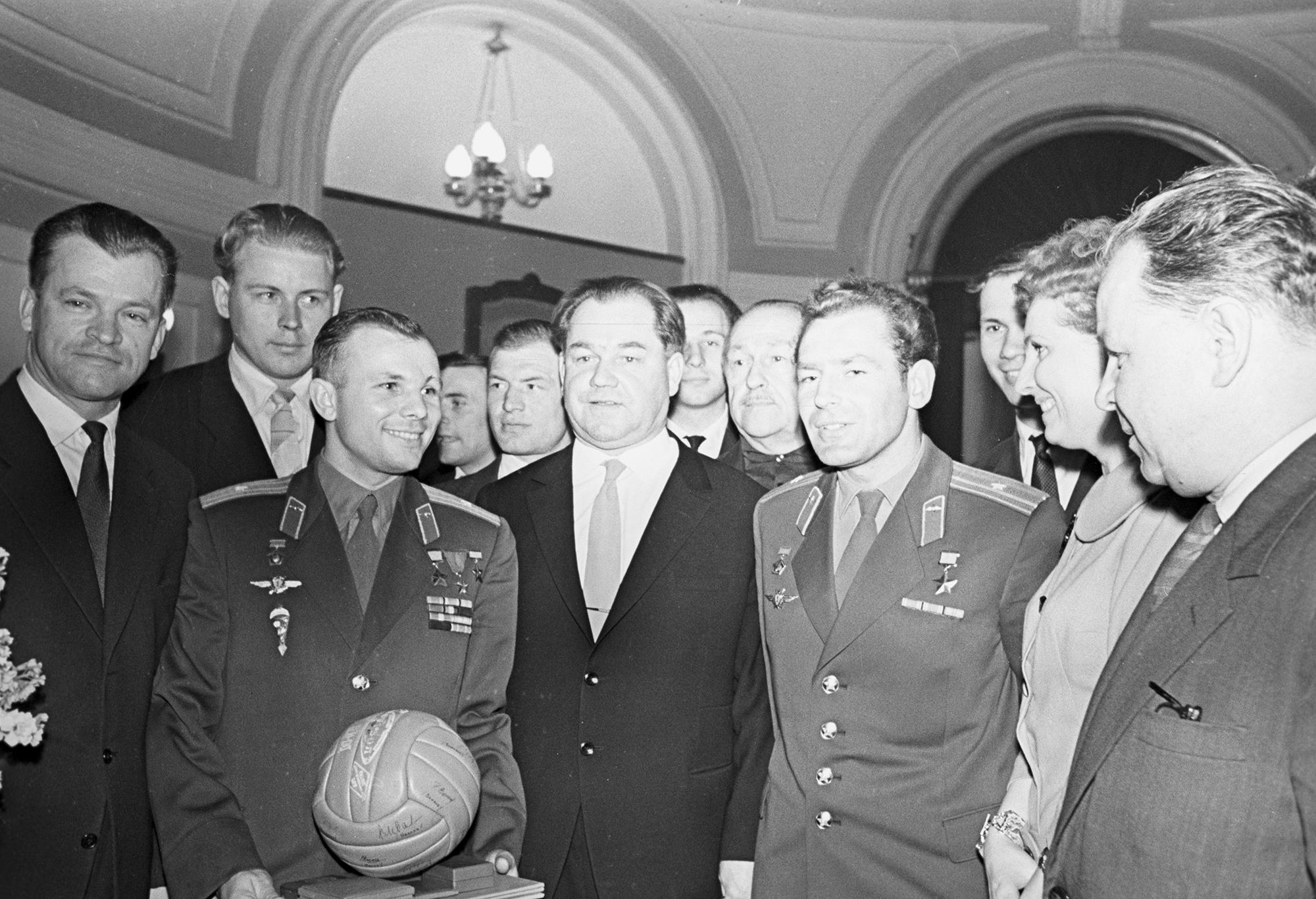 Juri Gagarin (mit Ball) und sein Ersatzmann German Titow bei einem Empfang mit dem sowjetischen Volleyball-Nationalteam.
