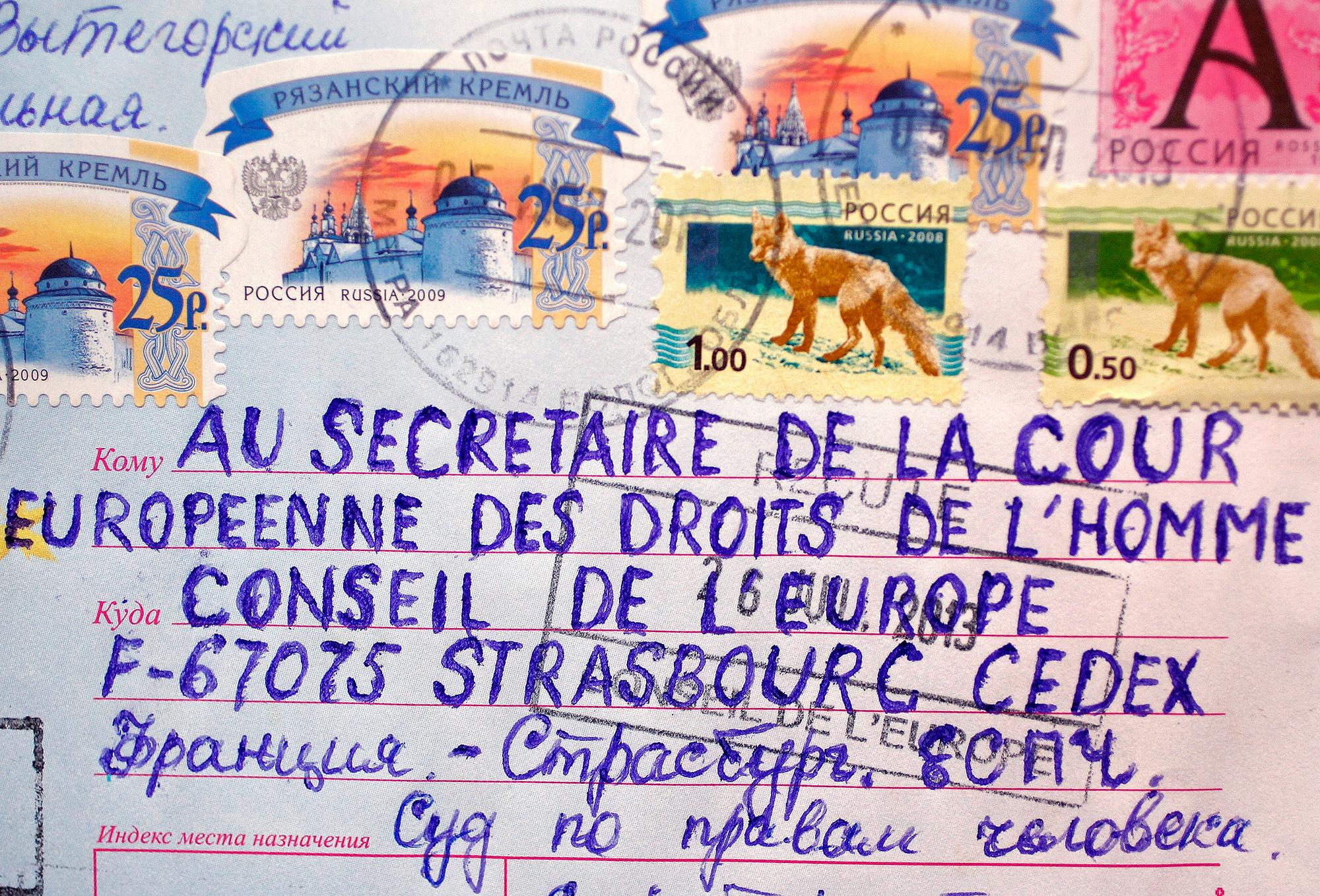 Handgeschriebene Briefe an den Gerichtshof sind keine Seltenheit. Die meiste Post, wie dieser Brief, kommt aus Russland.