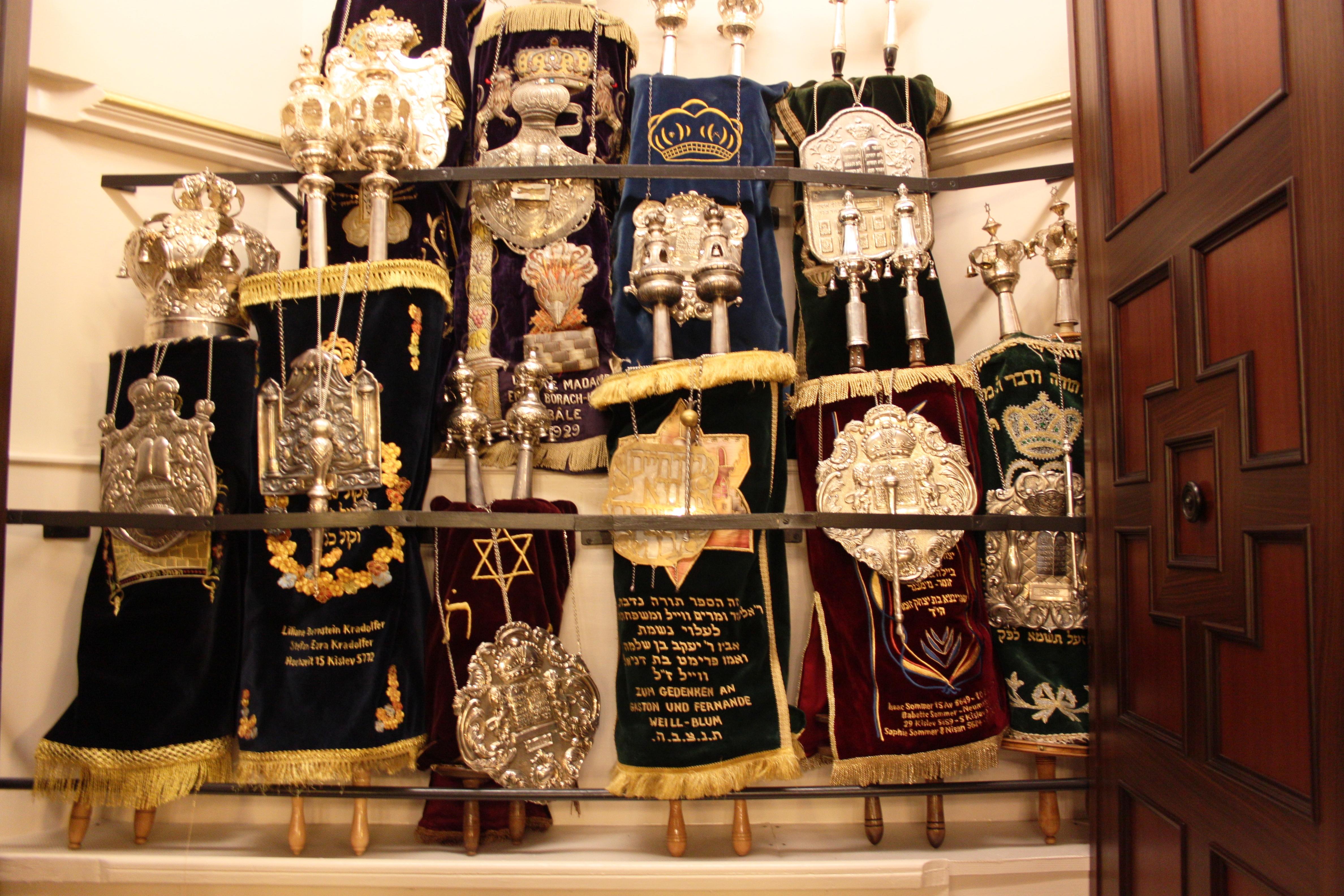 In einem verschlossenen Schrank an der Kofpseite der Synagoge befindet sich ein verschlossener Schrank, der die Schriftrollen der Torah enthält.
