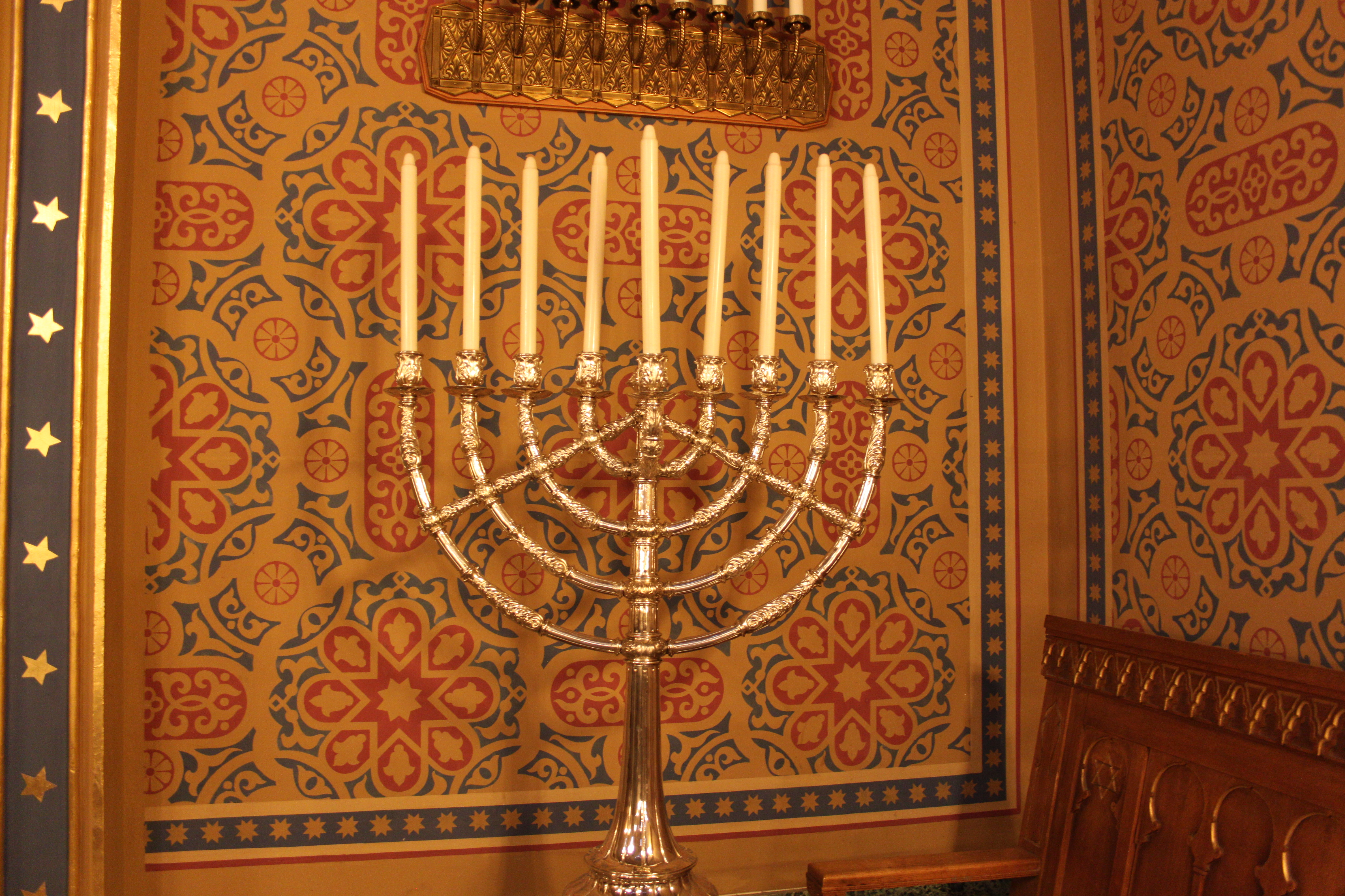 Der grosse neunarmige Leuchter steht schon mal für das Channukahfest bereit, das 2014 am 17. Dezember beginnt.