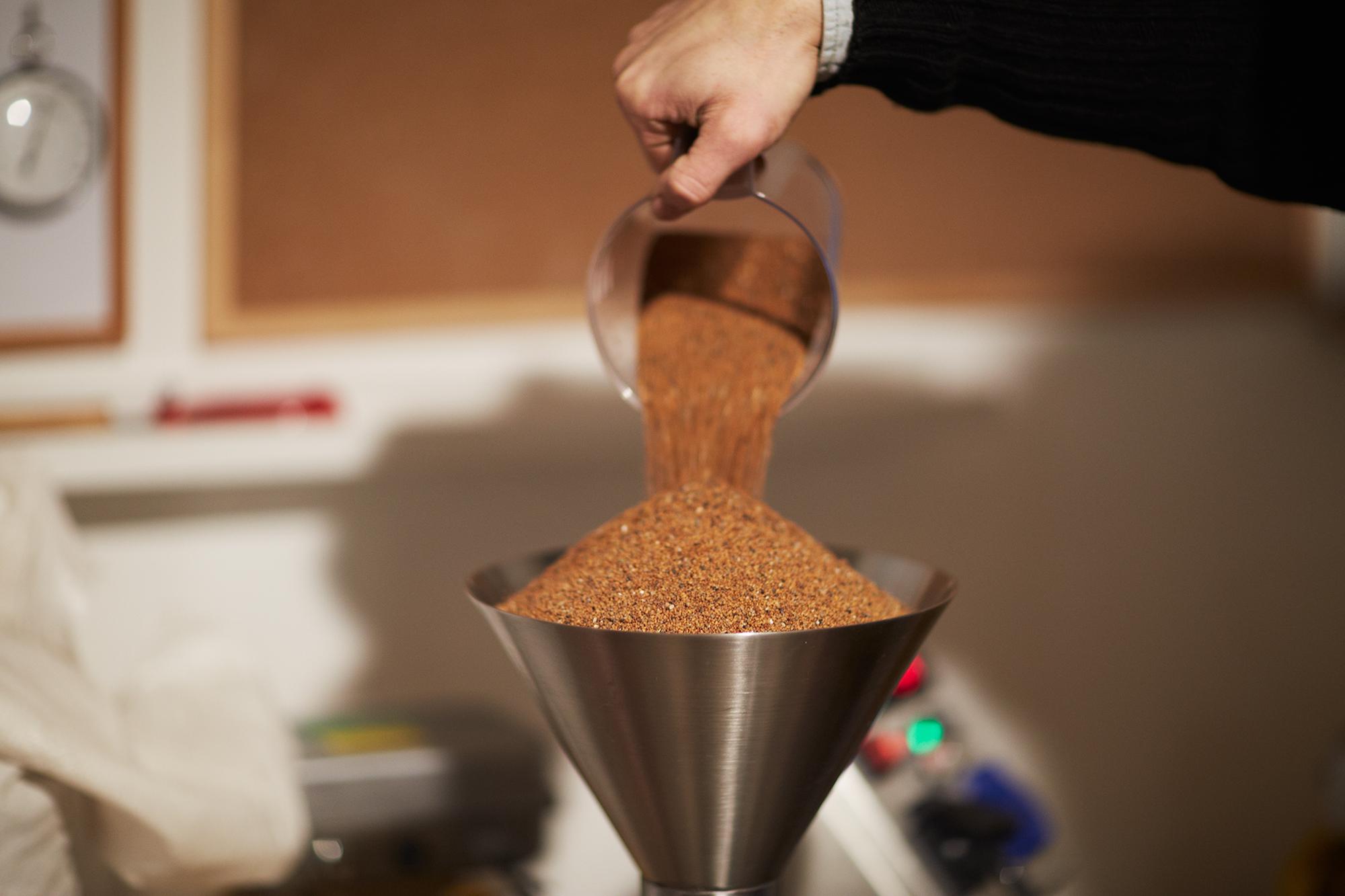 Kiloweise Leindotter wird zu Öl verarbeitet. Für zwei Liter Öl wartet Simon Müller bis zu eineinhalb Stunden.