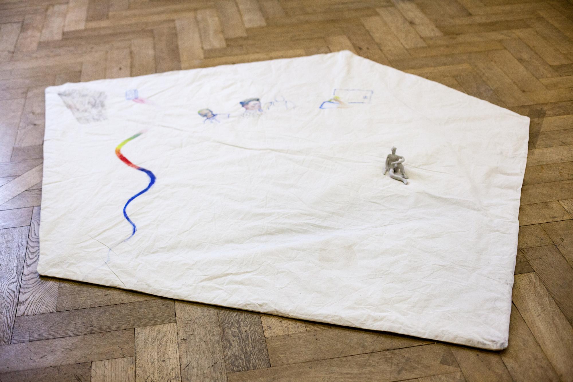 Der Arbeitsplatz im Ausstellungsraum: Die kleine Decke aus dem Materialmarkt diente Kiss drei Wochen lang als Arbeitsfläche.