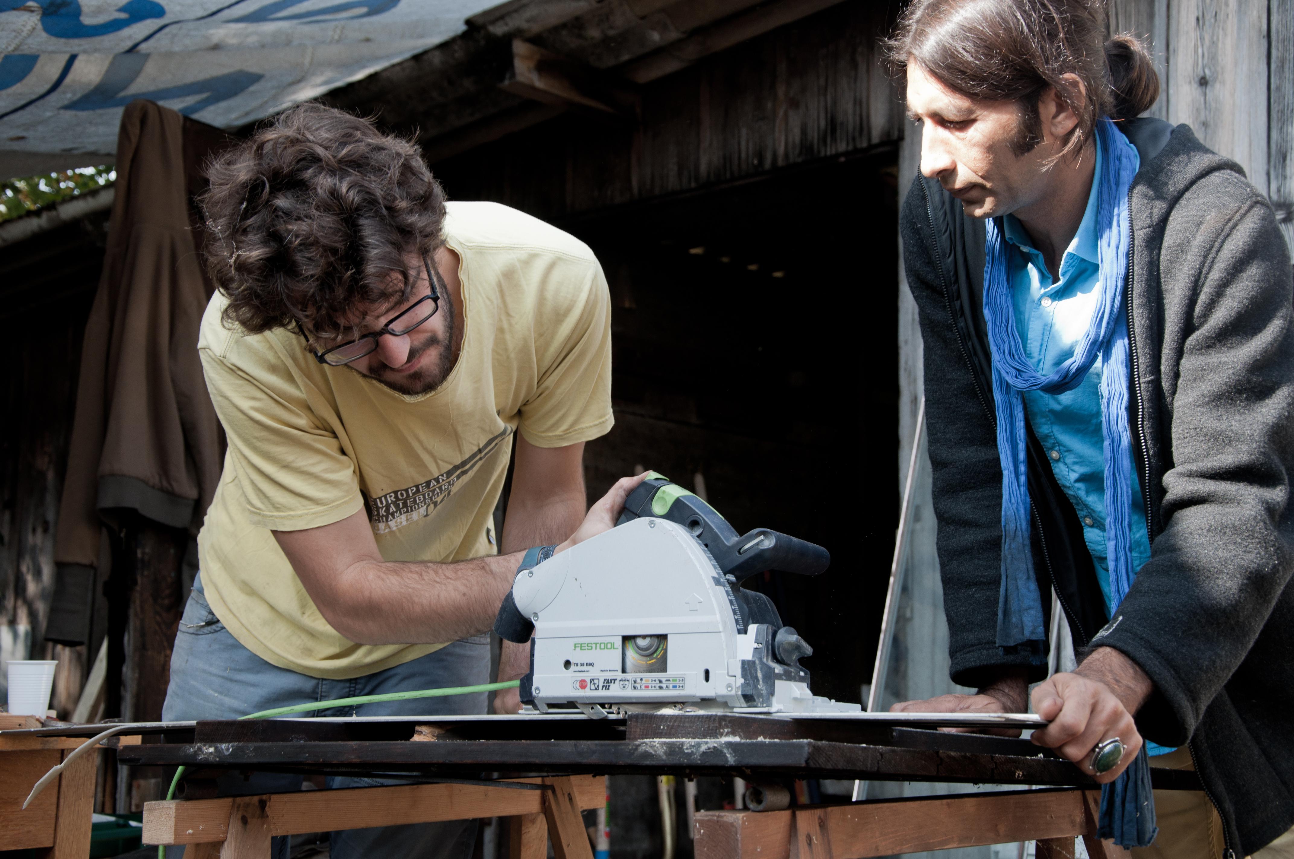«Denkstatt sarl»-Mitarbeiter Pan Stoll (links im Bild) hat viel Zeit auf dem Werkhof verbracht und sich neuen Herausforderungen gestellt.