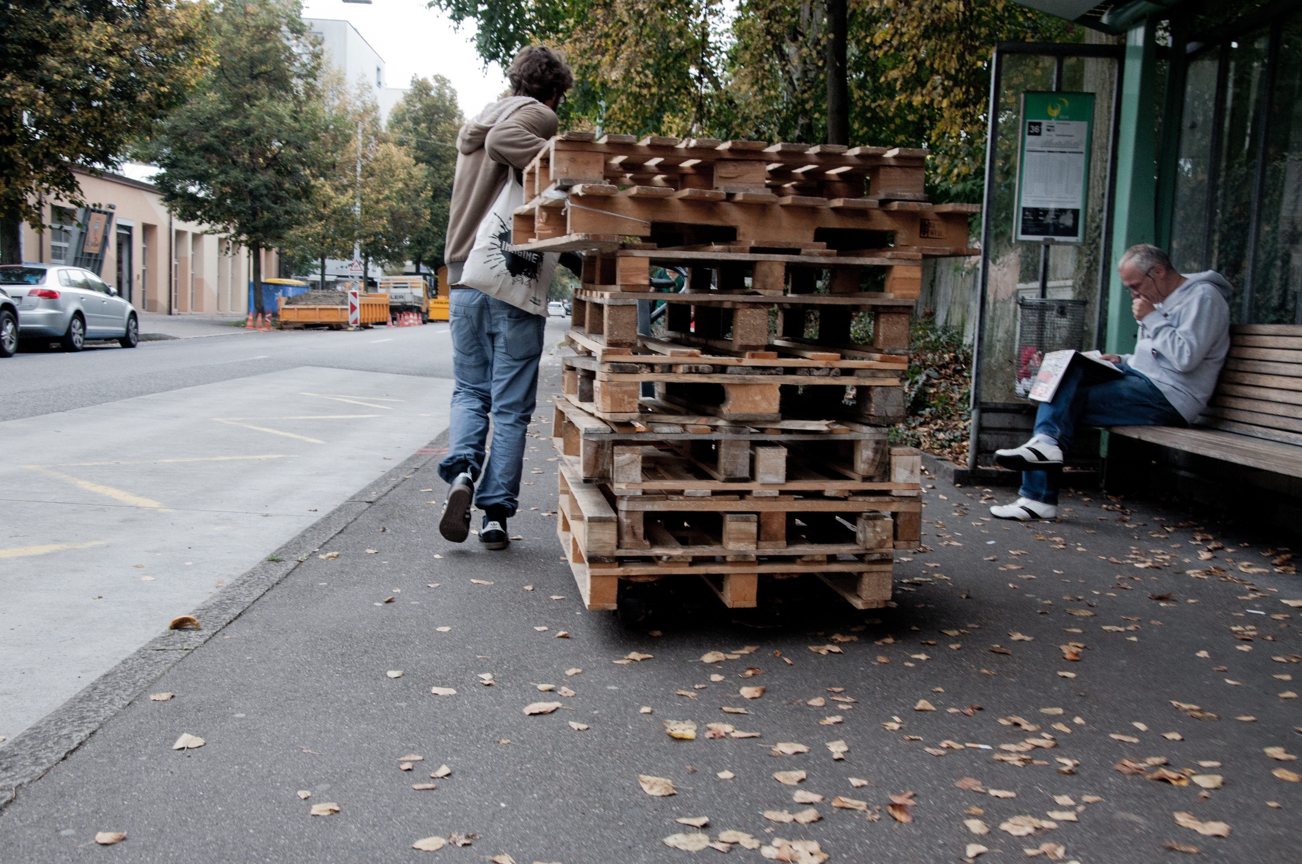 Daran haben sich die Quartierbewohner mittlerweile gewöhnt: Die Werkhof-Initianten bringen laufend neues Material für die Projekte.