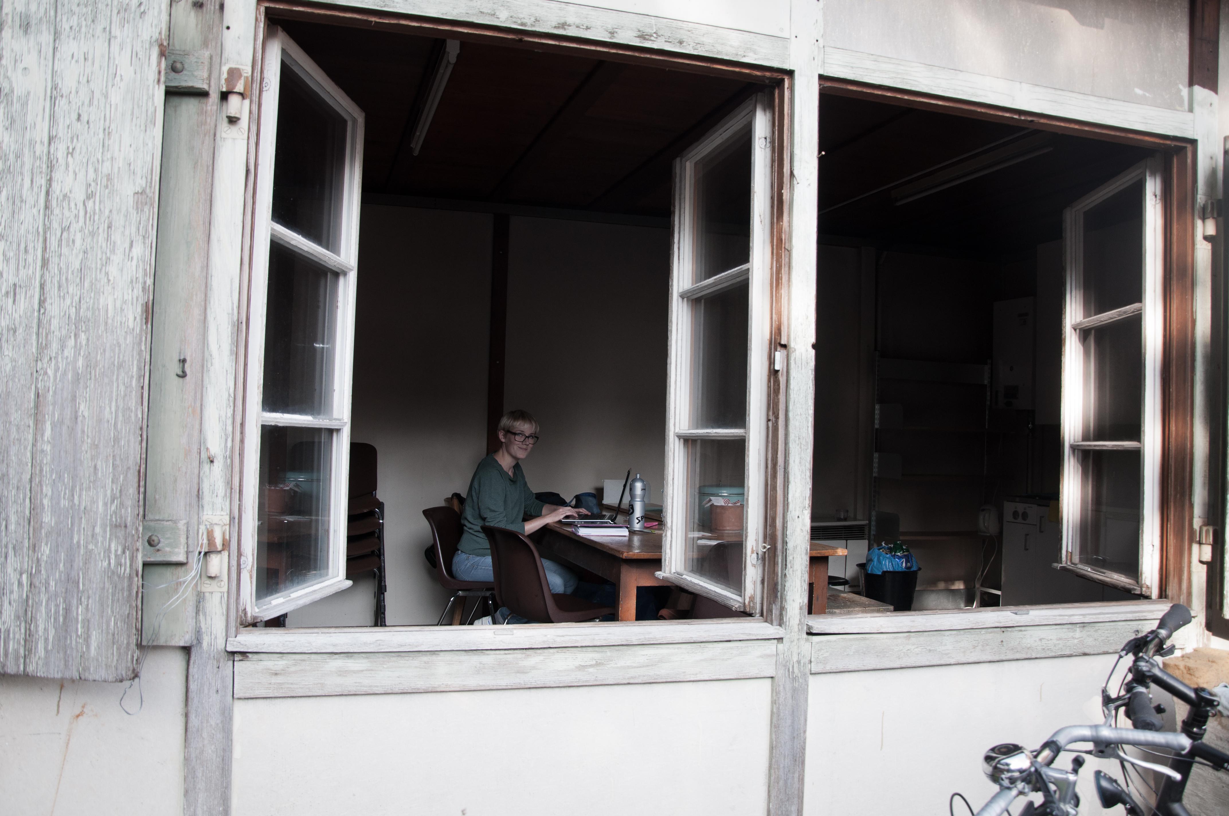 Susannah Sundman im Gemeinschaftsraum. Hier kann gearbeitet, gekocht und sogar geduscht werden.