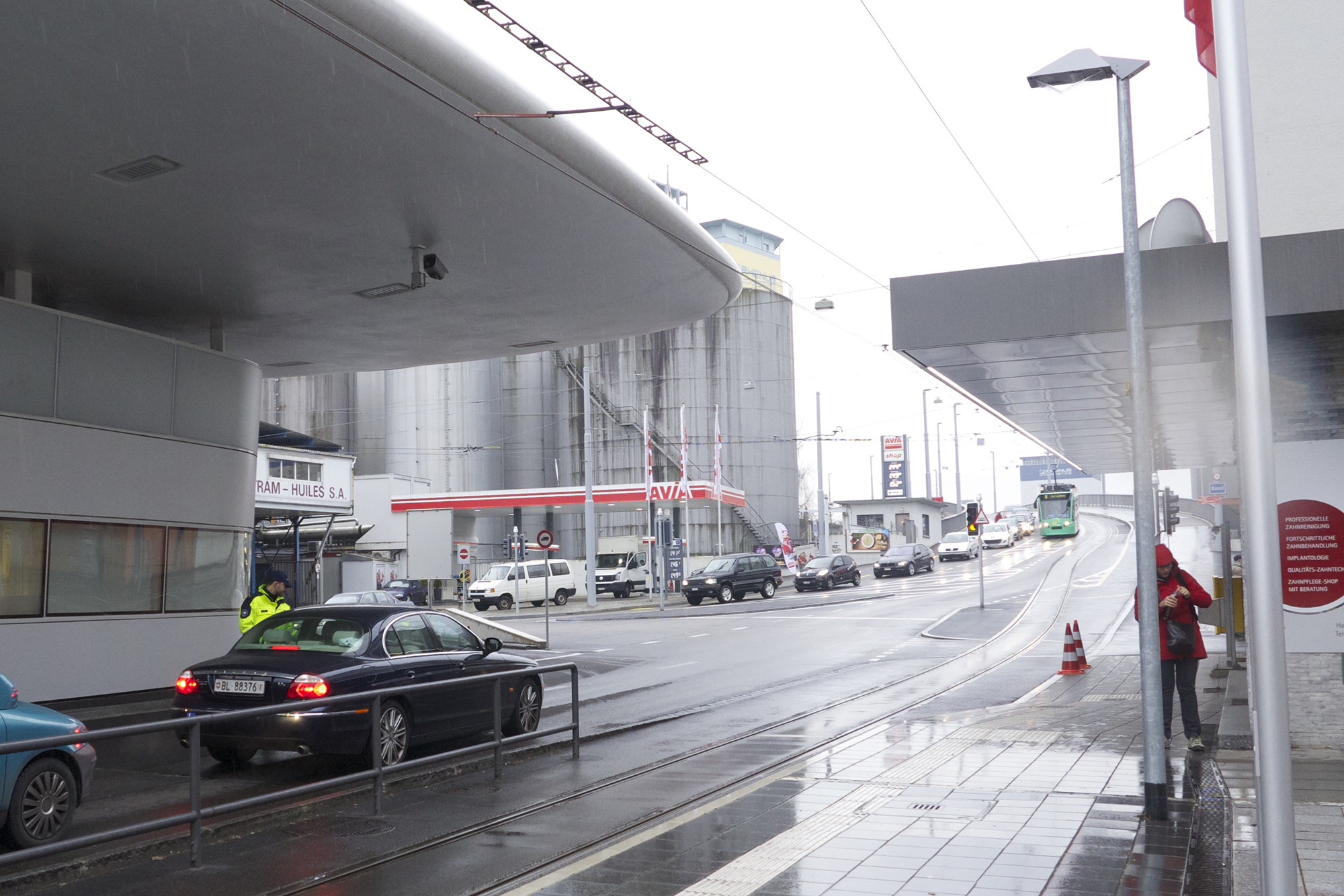 Schon am Freitagnachmittag staut sich der Verkehr vor der deutschen Grenze.