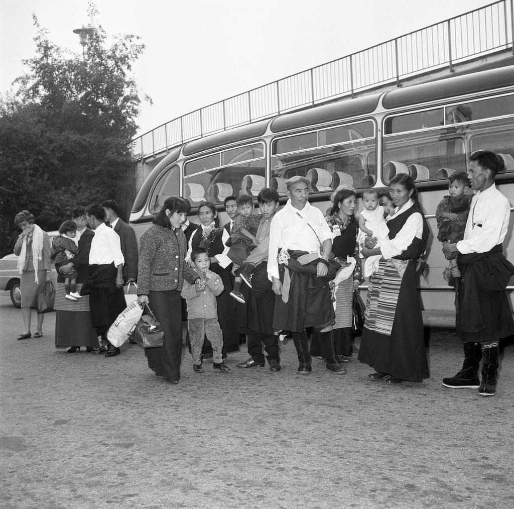 Tibetischer Fluechtlinge treffen 1966 im Flughafen Kloten bei Zuerich ein, von wo sie nach Ebnat, Buchen und Waldstatt weiterreisen werden.